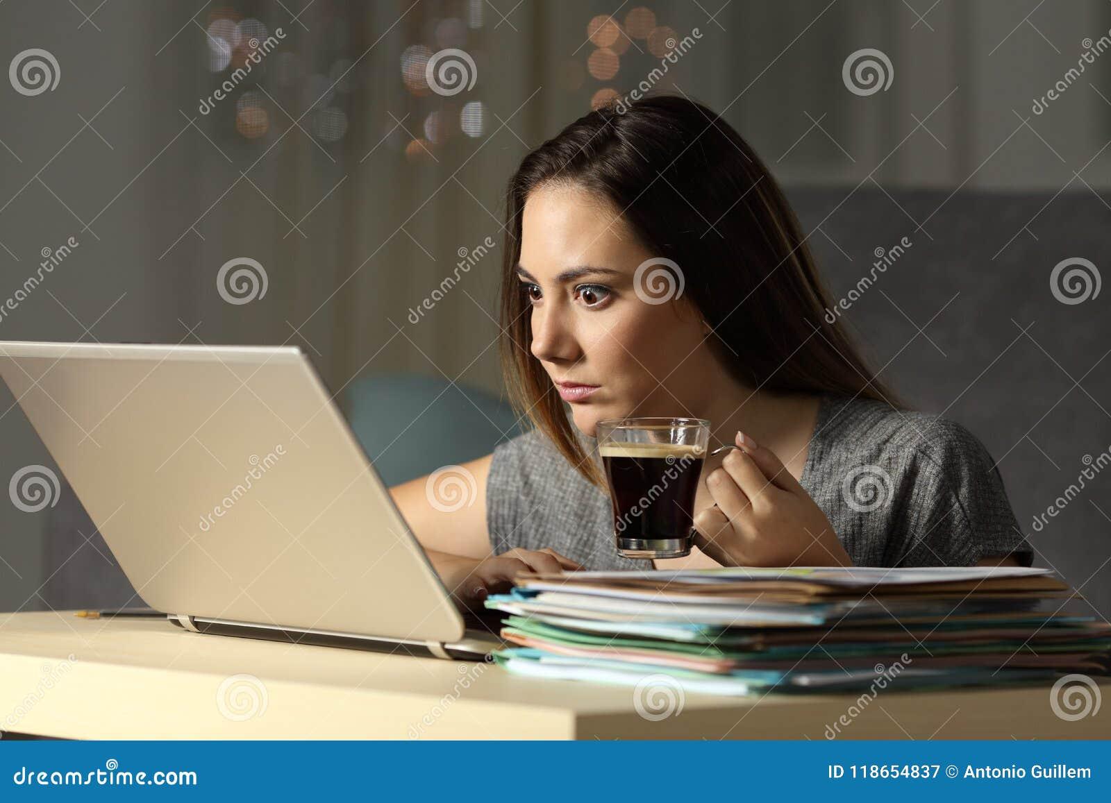 Upphetsad entreprenör som hårt arbetar sena timmar