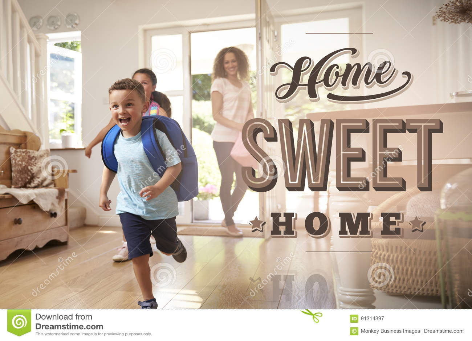Upphetsad familj på det nya hem- sötsakhemmet