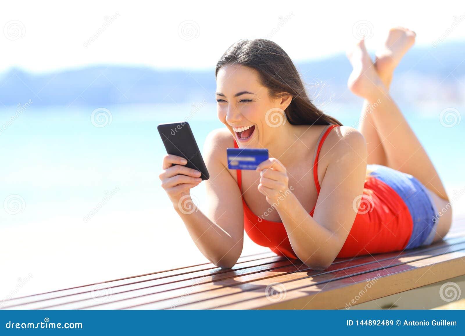 Upphetsad flicka som finner ecommerceerbjudanden som direktanslutet köper