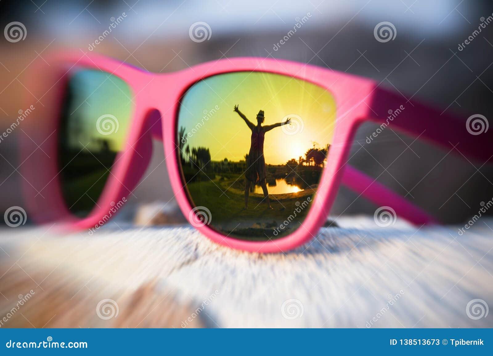 Upphetsad flickakontur i den rosa solglasögon