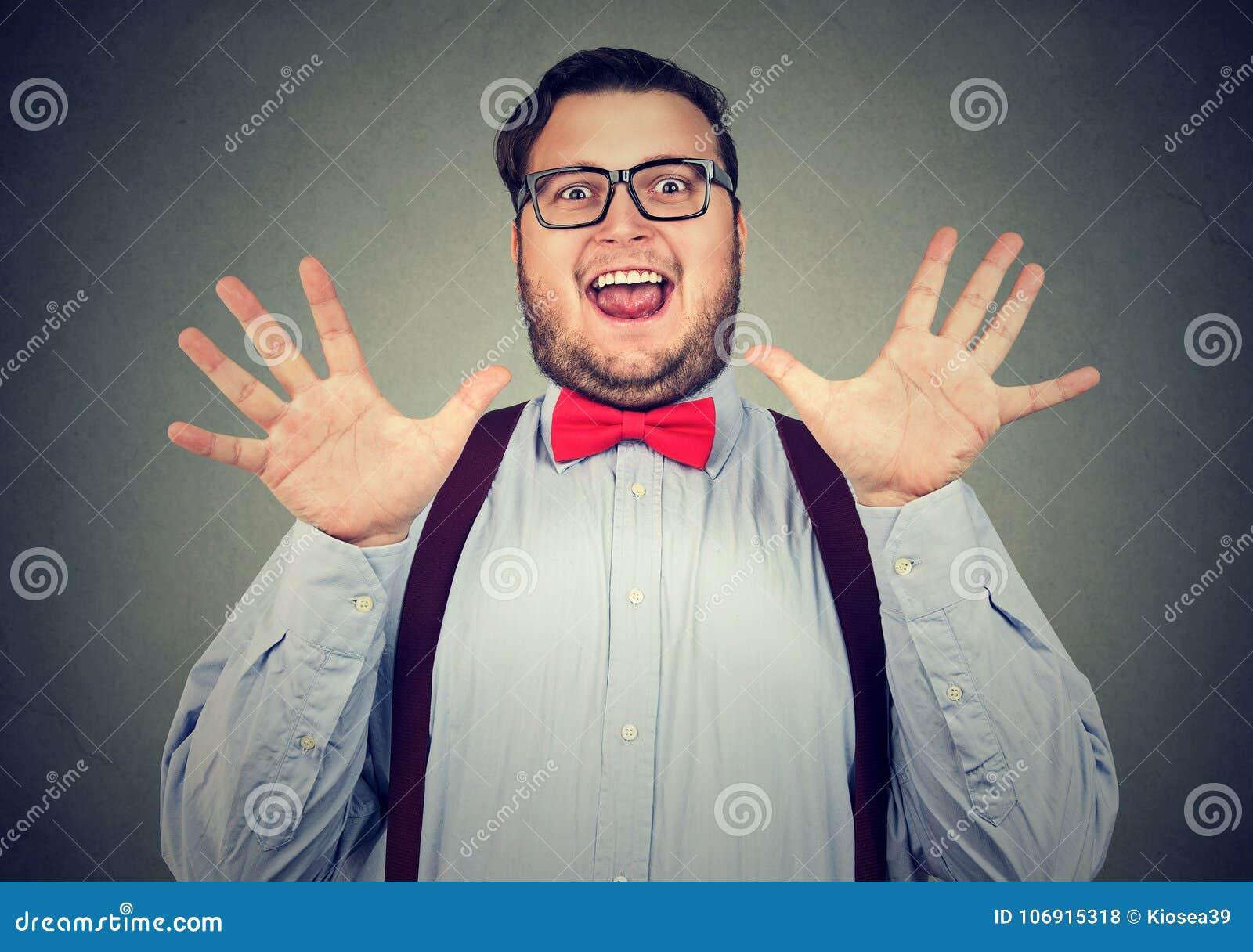 Upphetsad knubbig man som lyckligt poserar