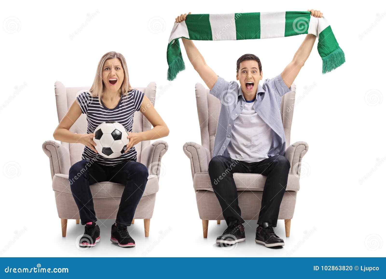 Upphetsade fotbollfans med en fotboll och ett halsduksammanträde i armch