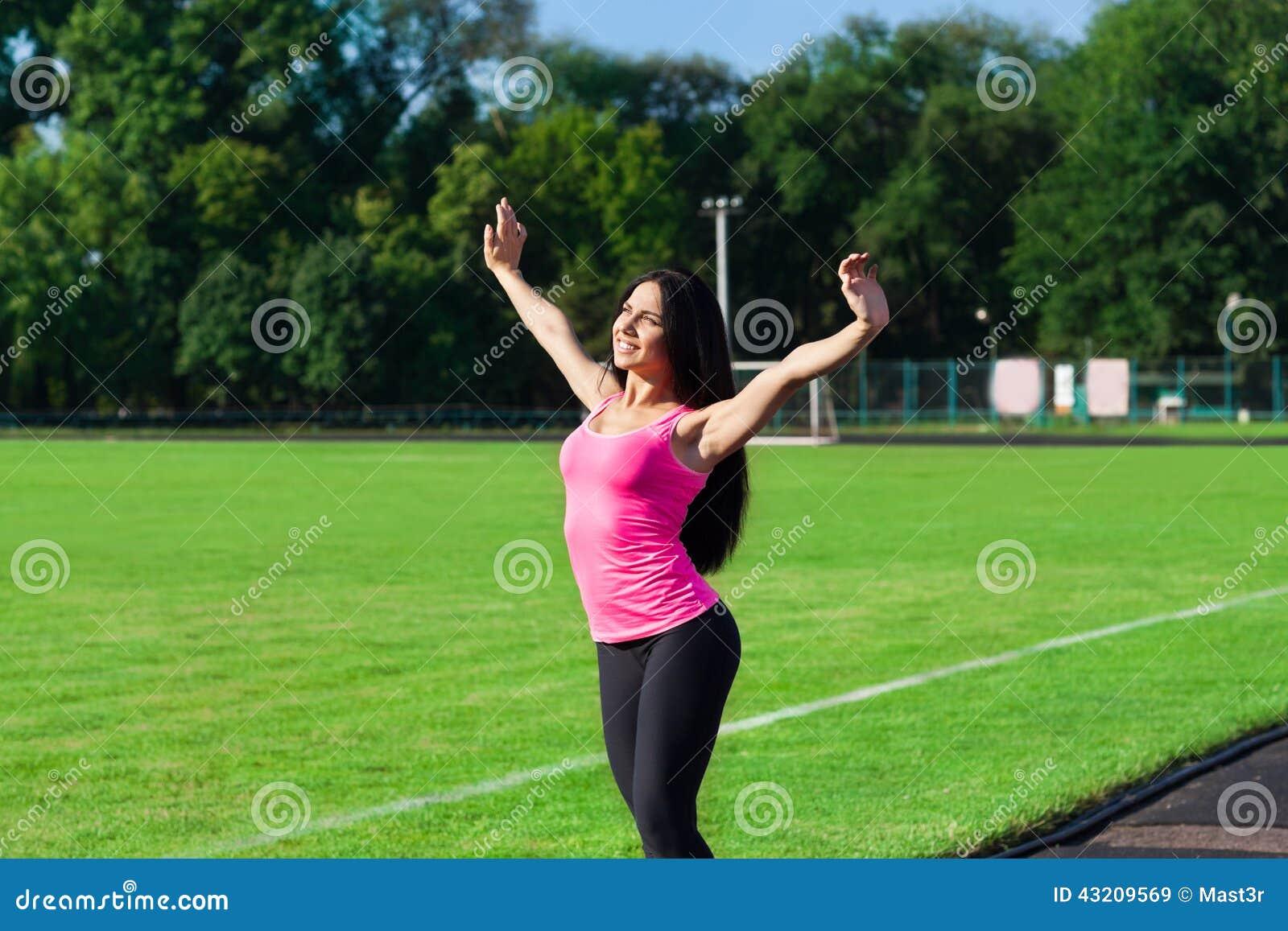 Download Upphetsade Lyftta Armar För Kvinnasport Upp Fotografering för Bildbyråer - Bild av athirst, lyftt: 43209569