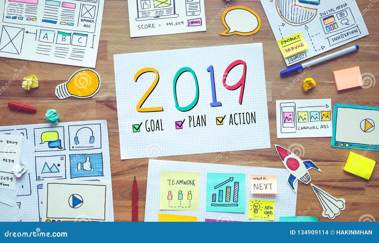 2019 upplösningar för nytt år med digital marknadsföring och skrivbordsarbete för affär skissar på trätabellen begrepp för analys
