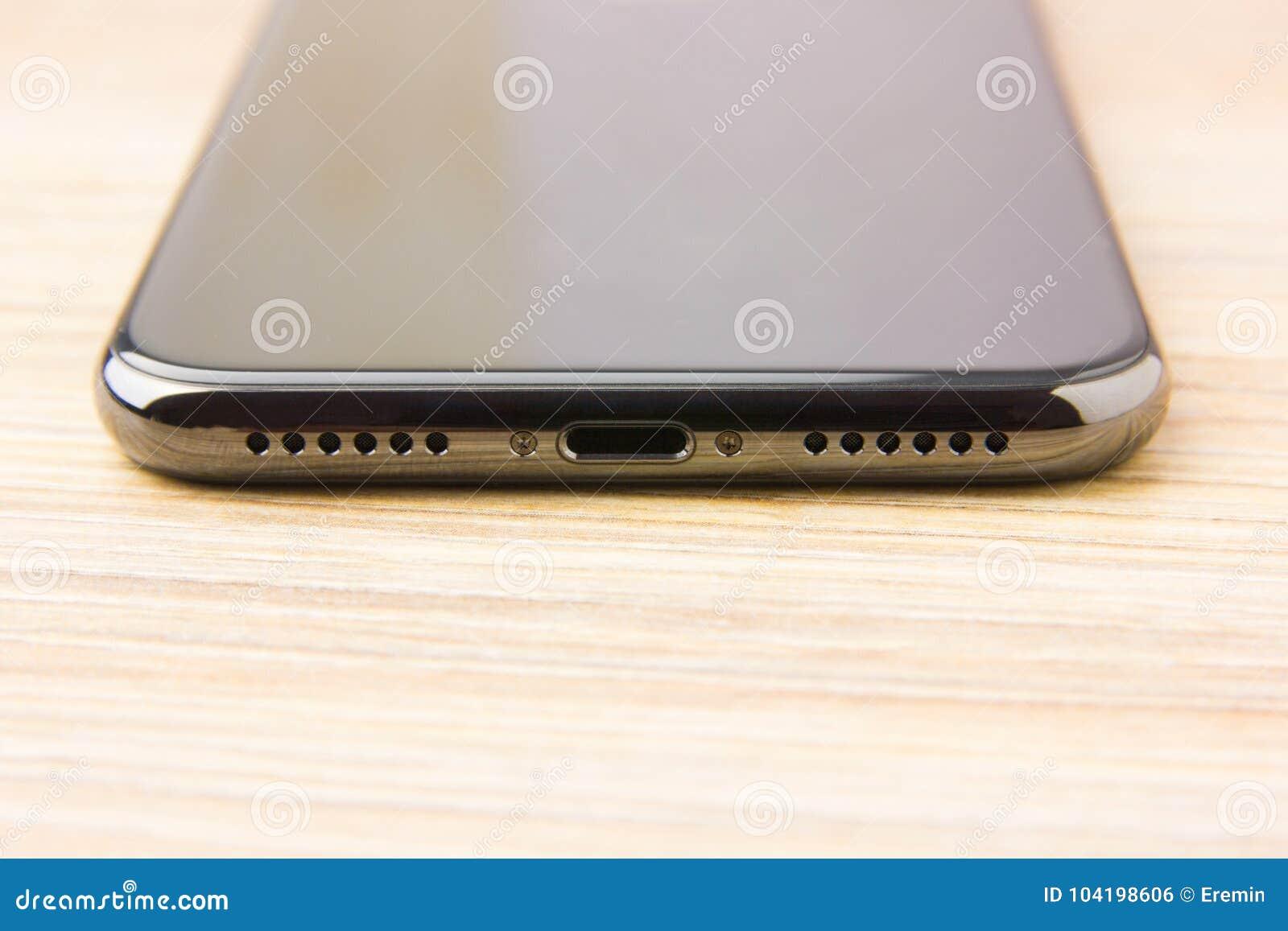 Uppladdning av telefonen Uppladdning av telefonen Belysningkontaktdon, högtalaren av den populära smartphonen