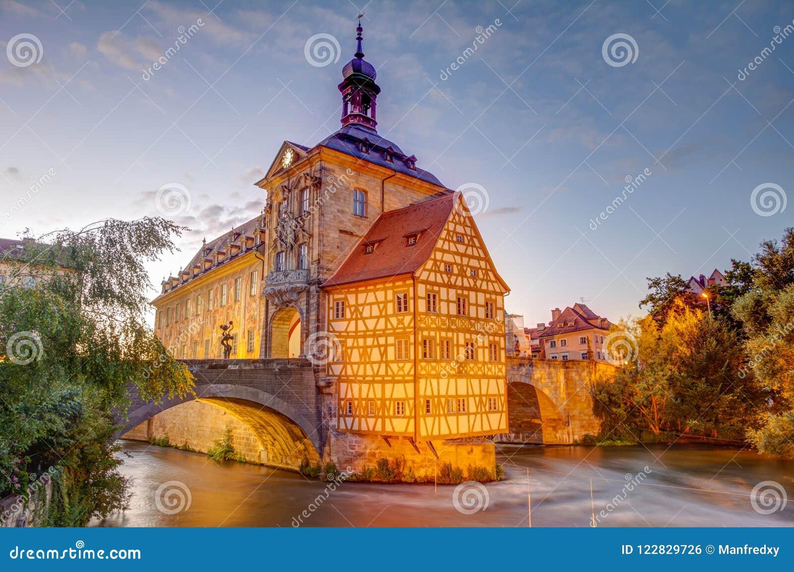Upplyst historiskt stadshus av Bamberg