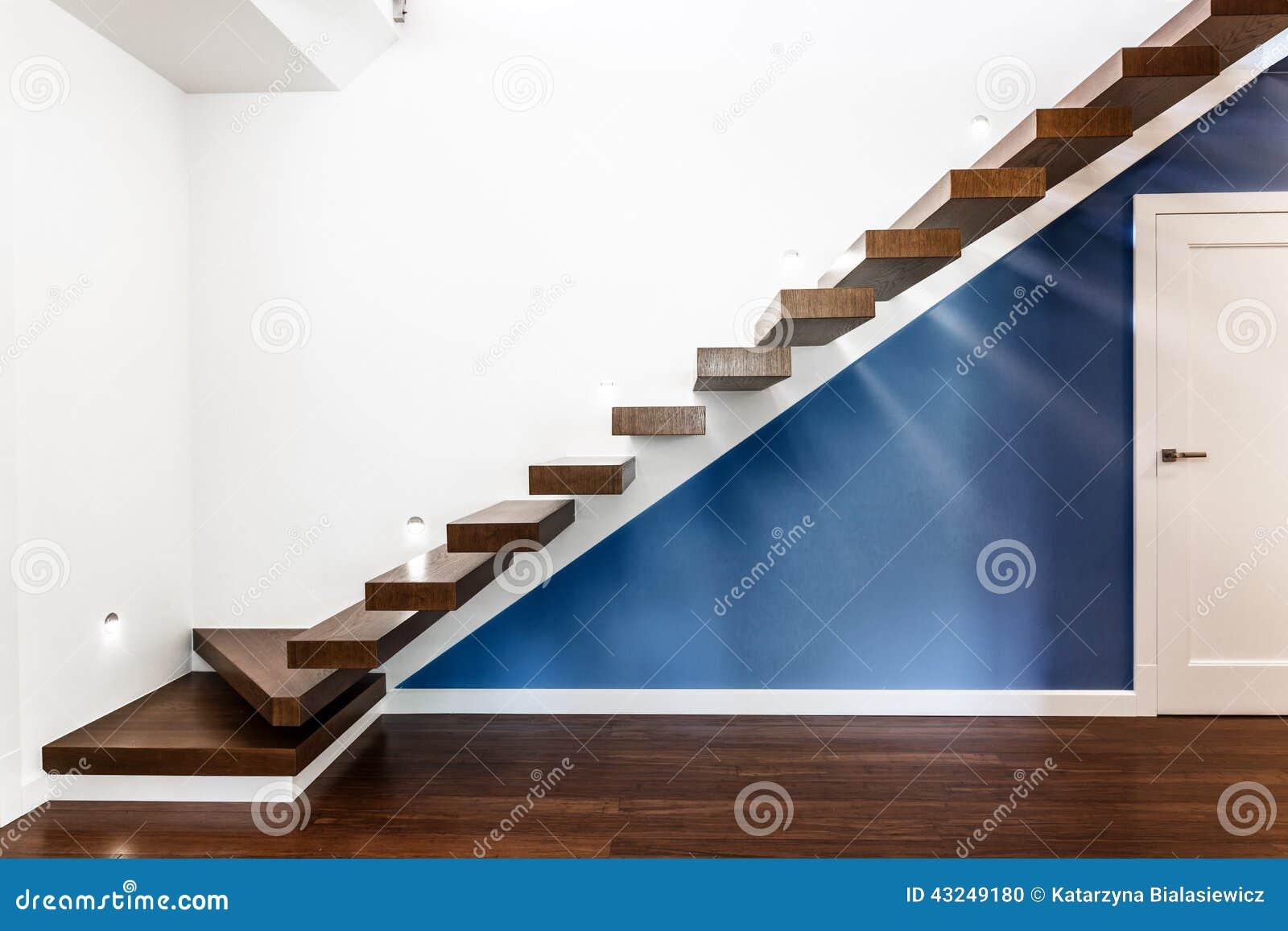 Upplyst trappa i modernt hus arkivfoto   bild: 43249180