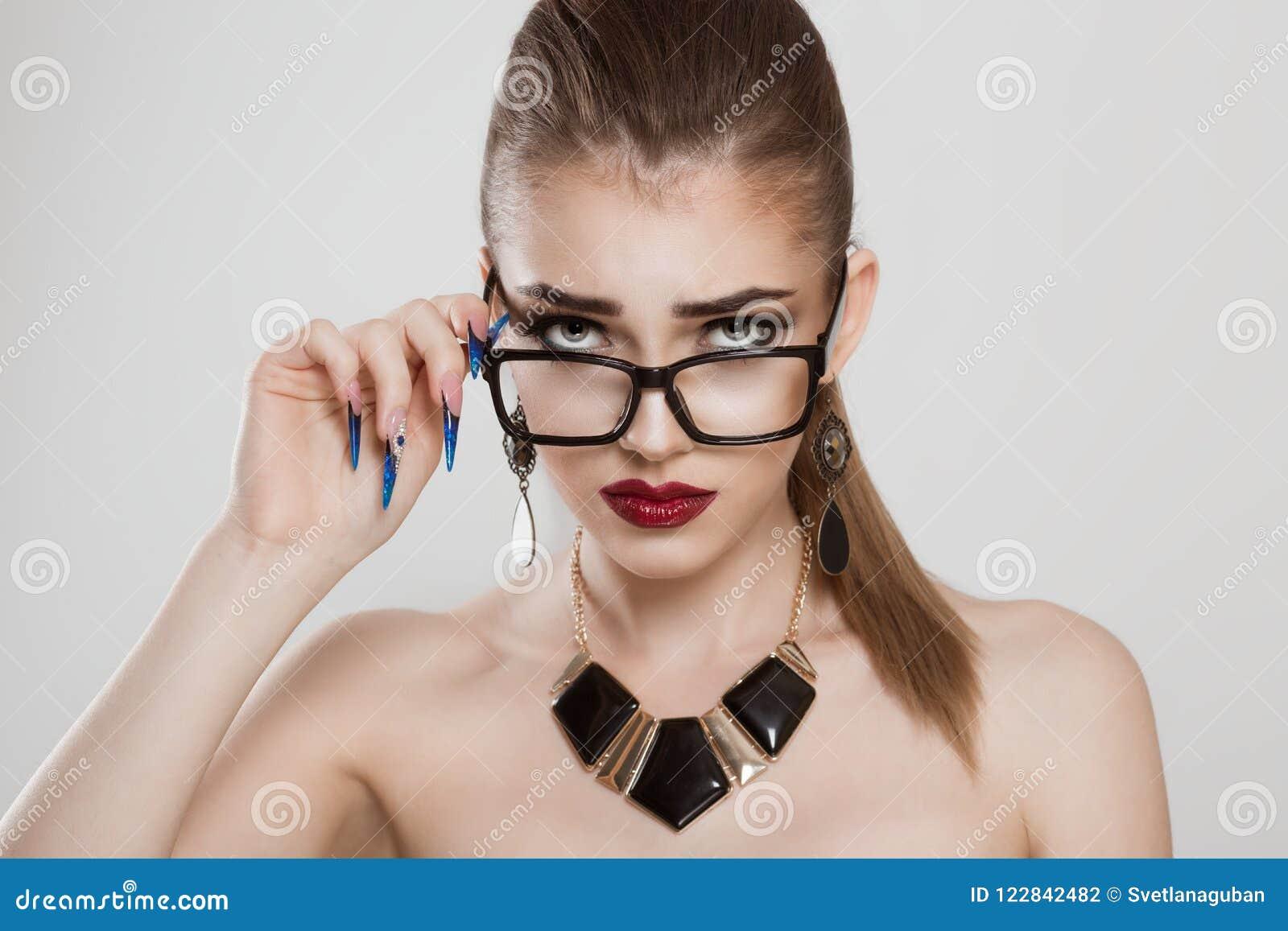Uppriven förvirrad kvinna som ner rymmer hennes exponeringsglas för att se vilken ` s som går på