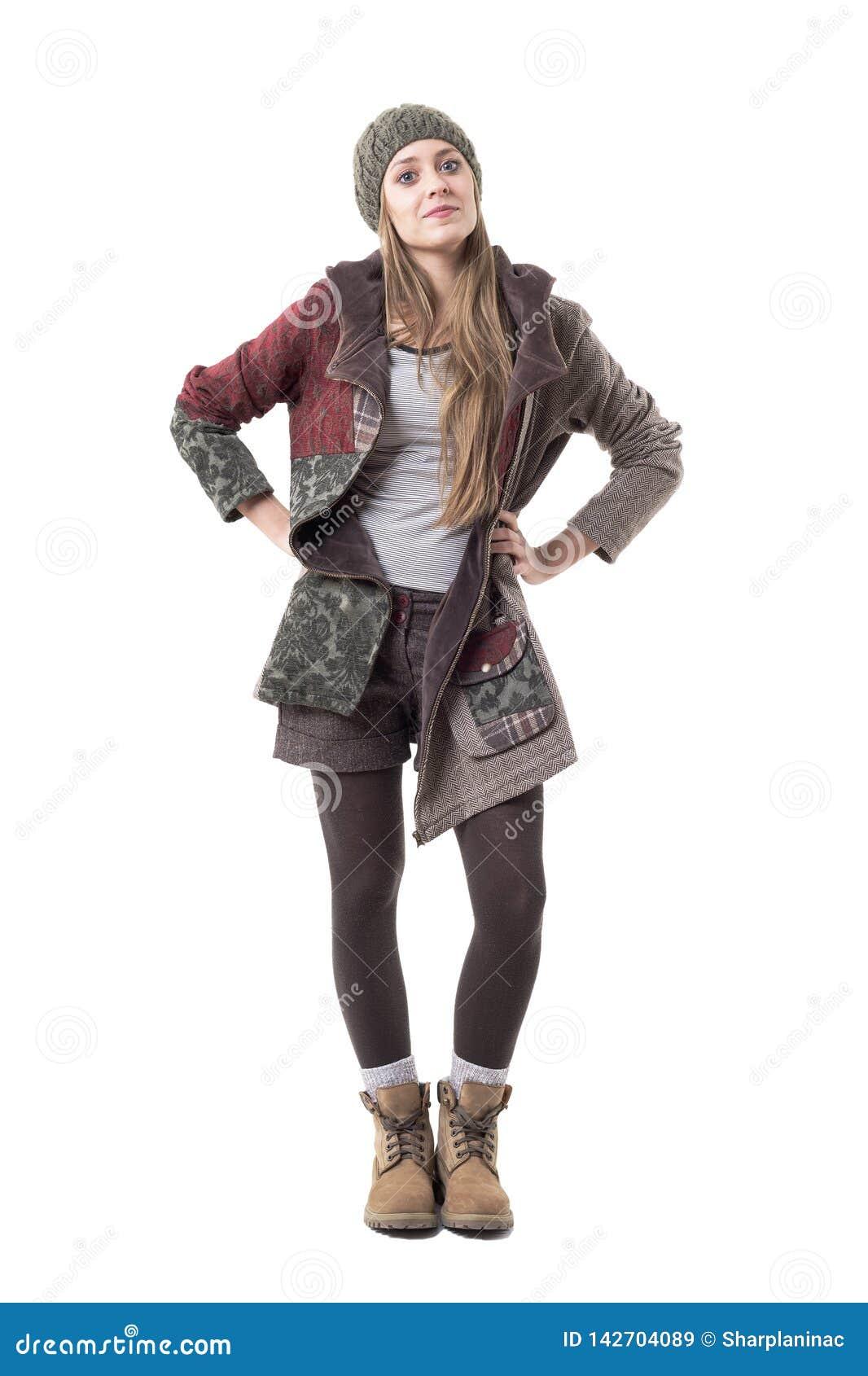 Upprorisk ung stilfull hipsterflicka med inställning i vinterkläder
