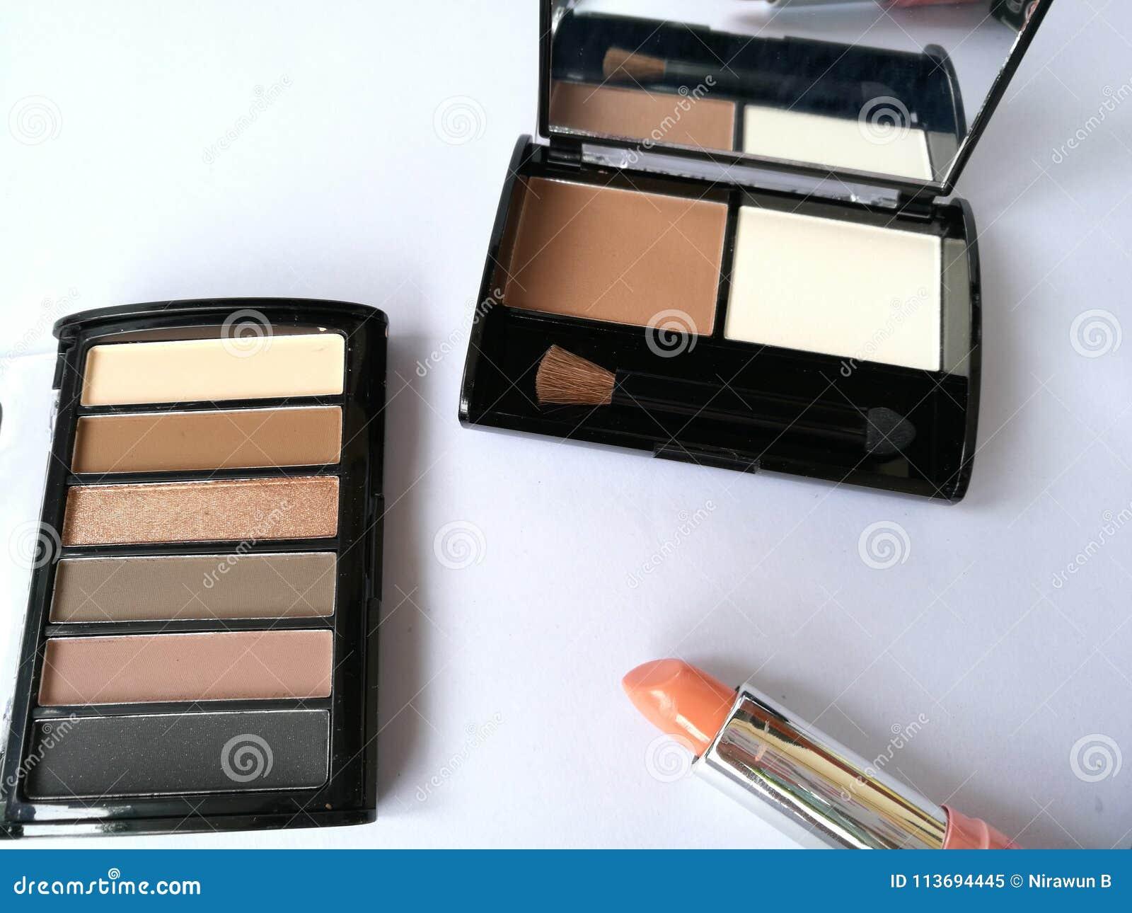Uppsättning av dekorativa skönhetsmedel på isolerad vit bakgrund För produktöga för makeup kosmetisk skugga, borste på, beige sig