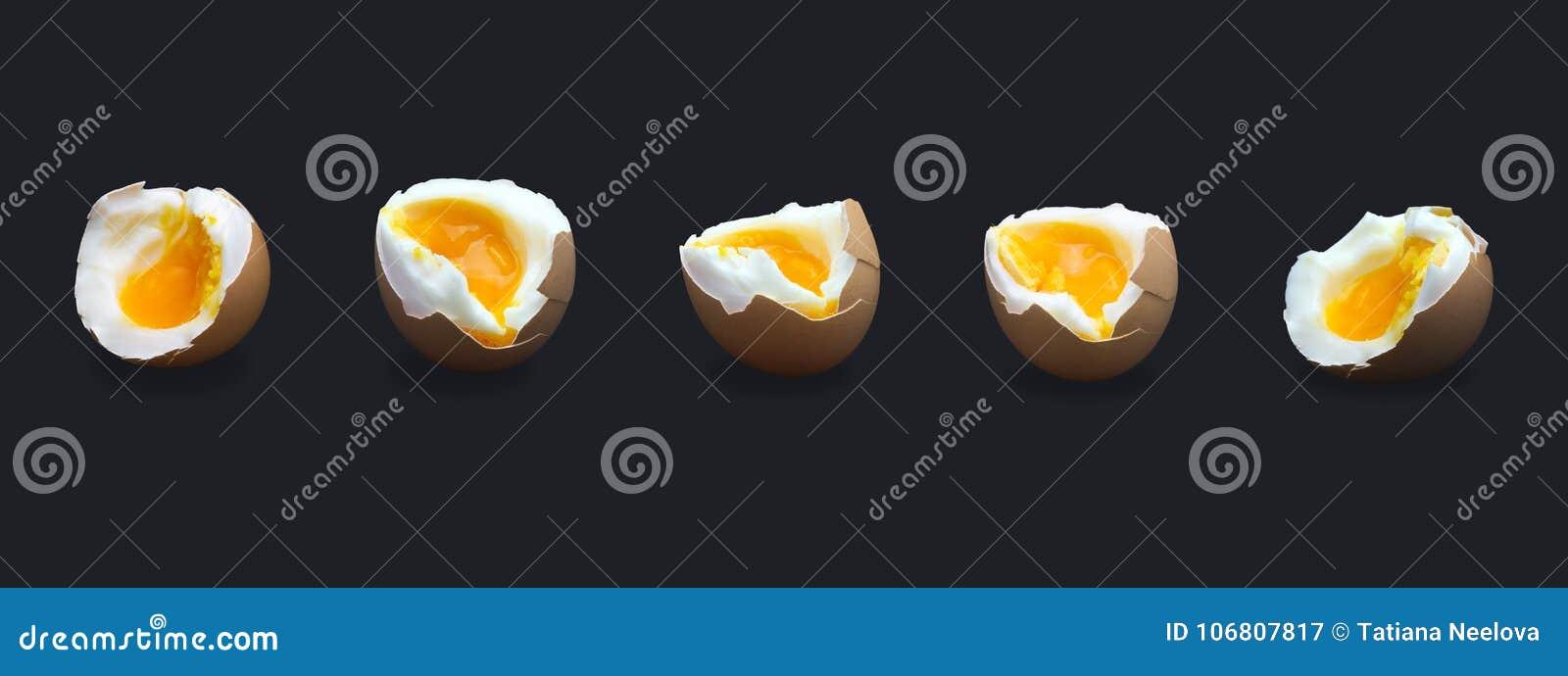 Uppsättning av det fem kokade ägget för bruten höna för dundersuccé som beigea isoleras på mörker - blått Foto för äggula för ägg