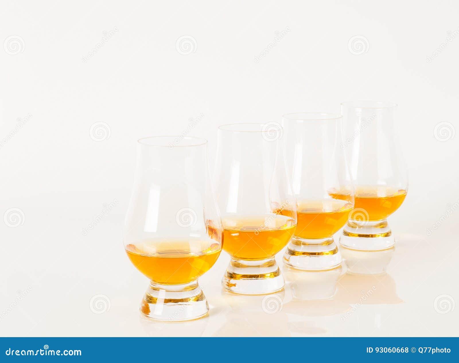 Uppsättning av enkel malt som smakar exponeringsglas, enkel maltwhisky i glas