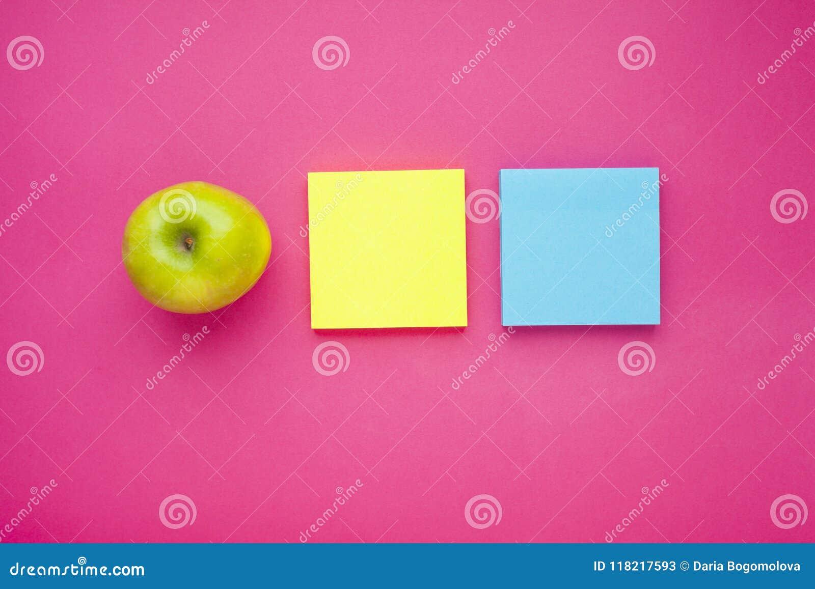 Uppsättning av färgglade klistermärkear, det vita tangentbordet, anteckningsbok och mellanmål