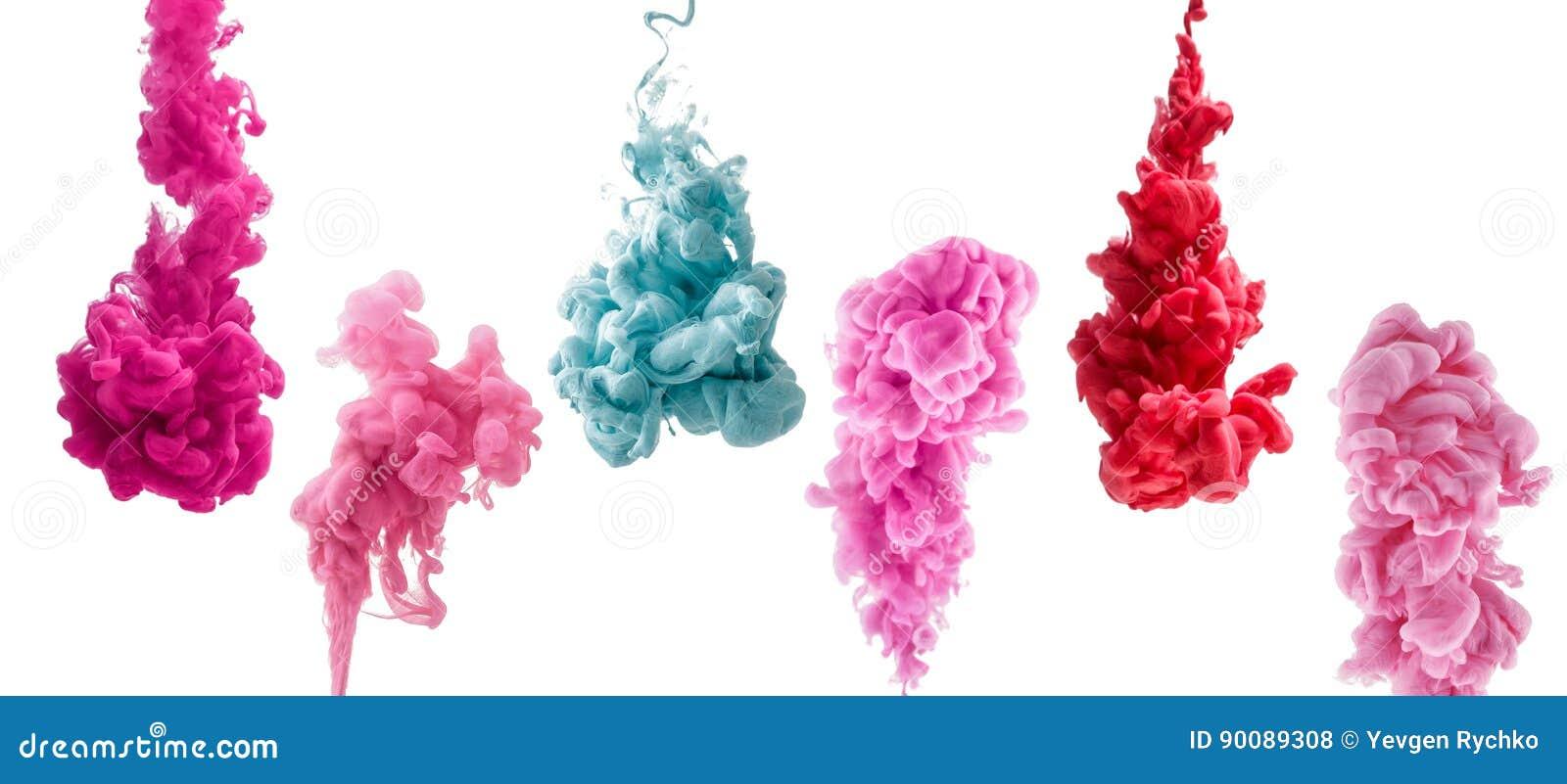 Uppsättning av färgrikt färgpulver som isoleras på vit bakgrund röda rosa, tappar blått att virvla runt under vatten Moln av färg
