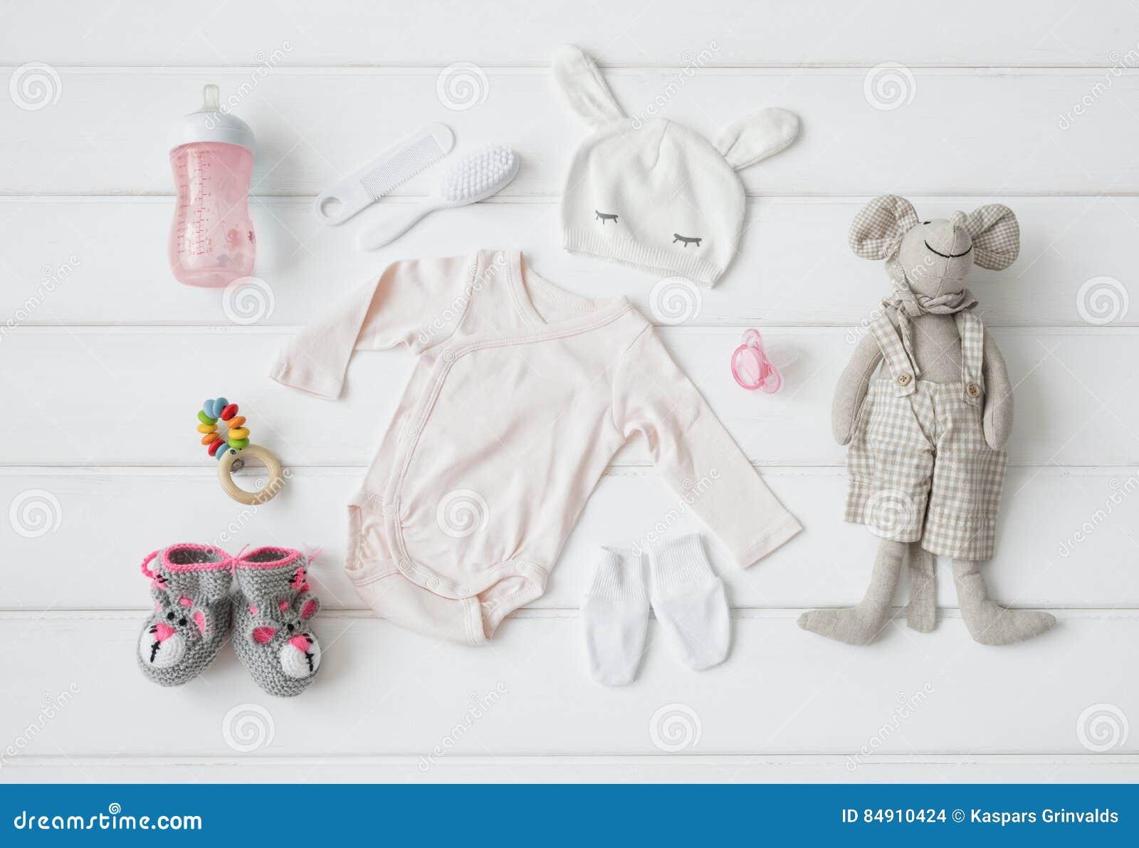 Uppsättning av kläder och objekt för en behandla som ett barn