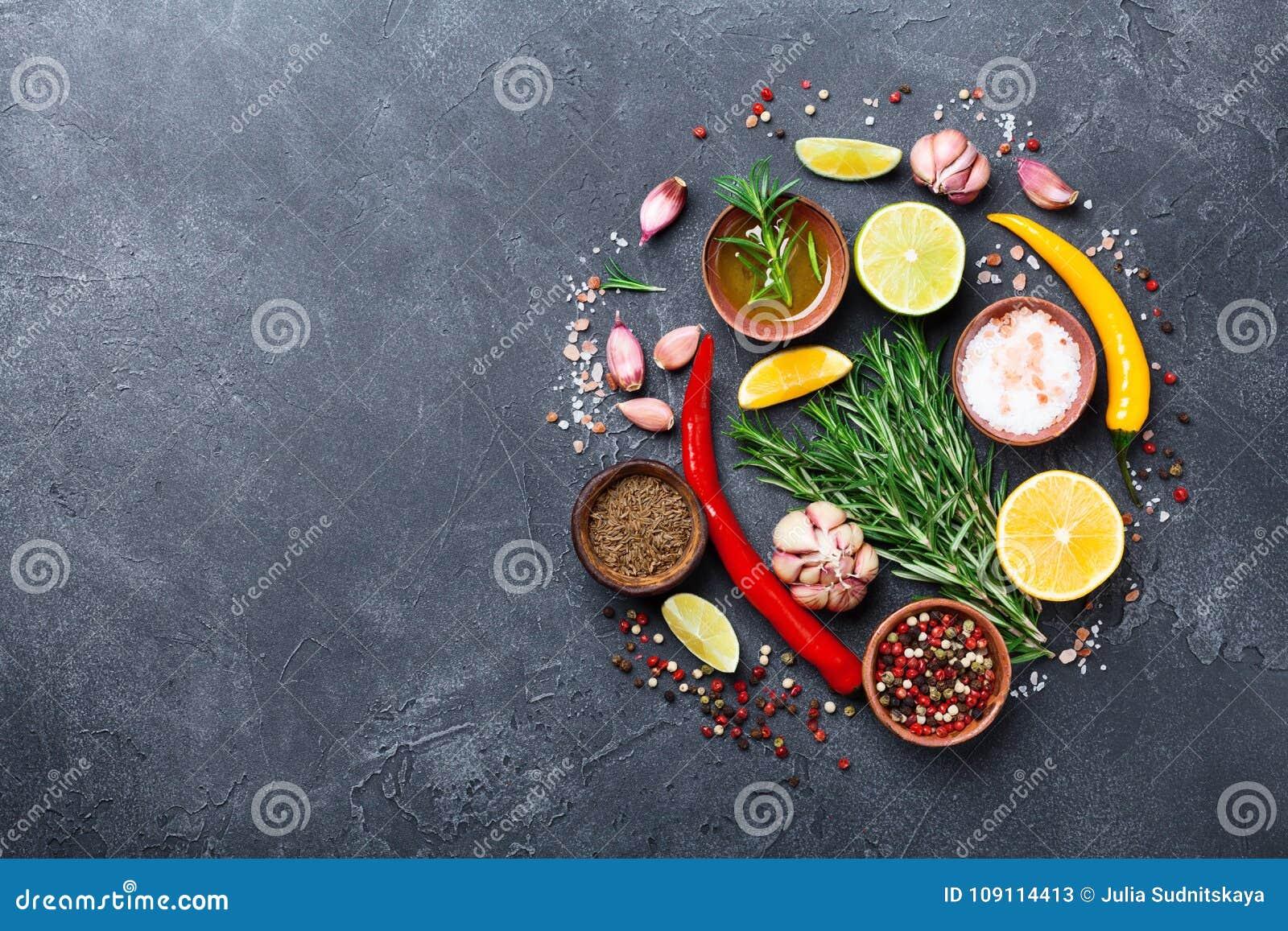 Uppsättning av kryddor och örter på svart bästa sikt för stentabell Ingredienser för matlagning många bakgrundsklimpmat meat myck