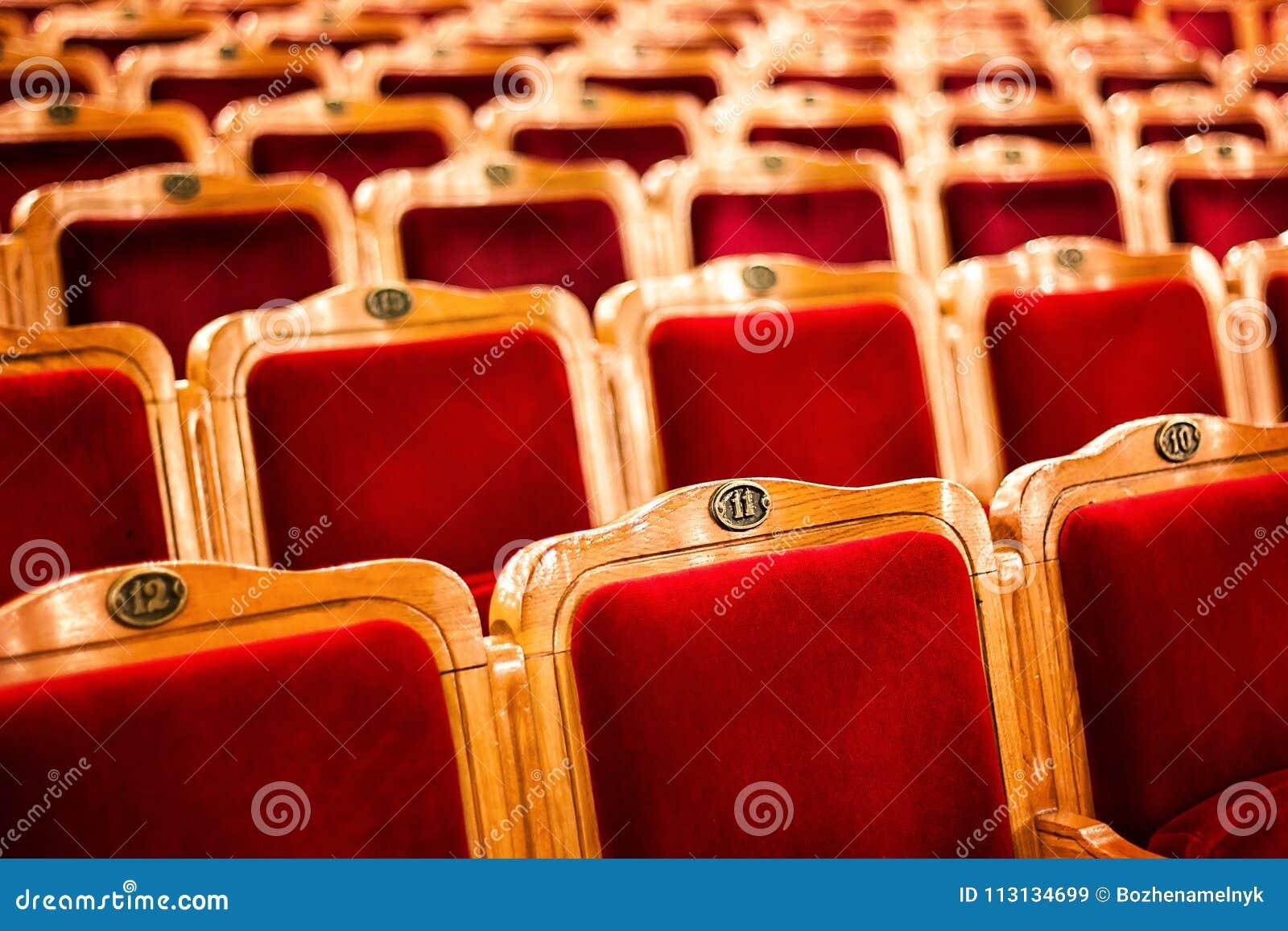 Uppsättningar på en tom teater som tas med den selektiva fokusen och grunt djup av fältet Röda platser för tom tappning med numme