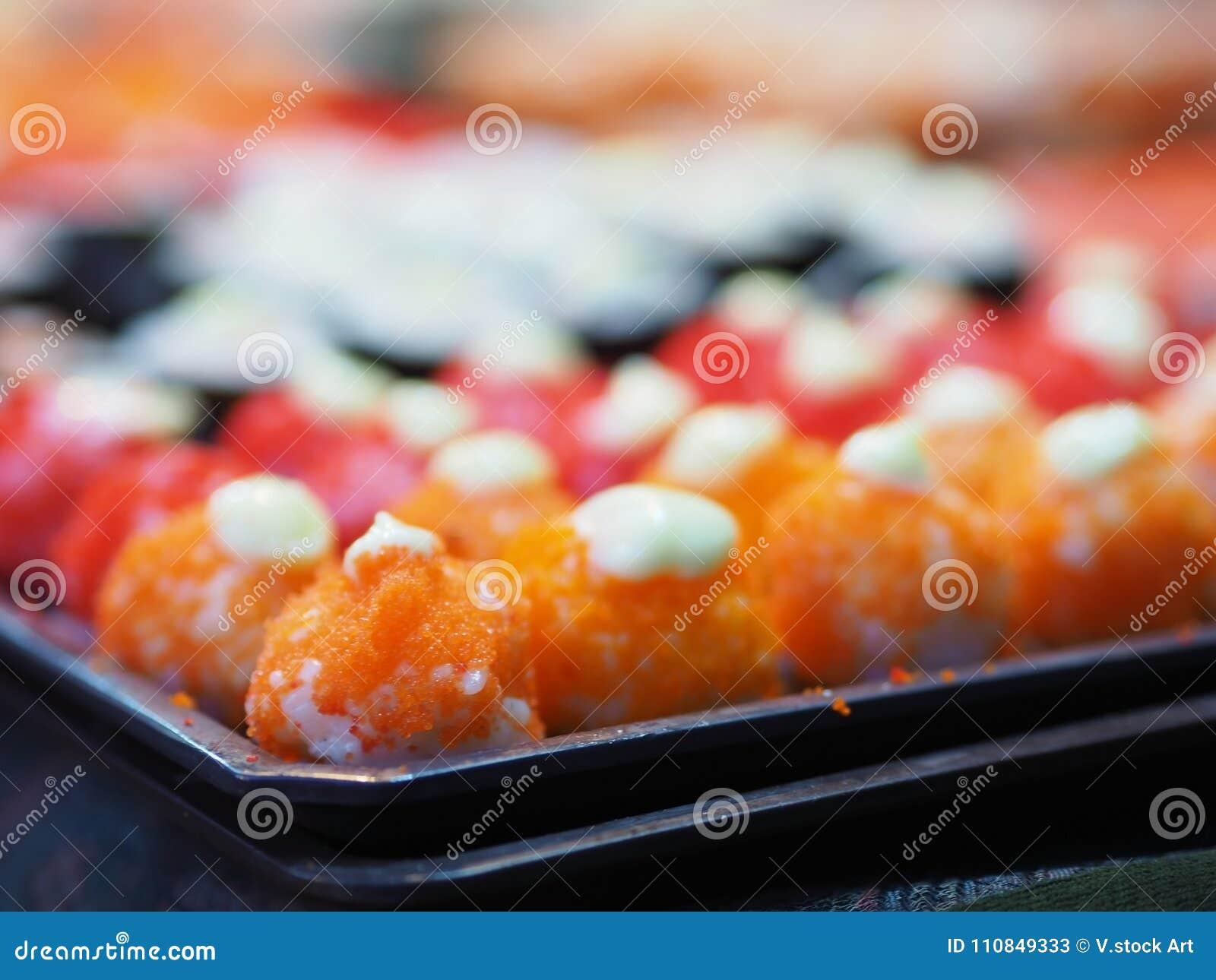 Uppsättningen för den bästa sikten av sushi och makien rullar Japan foods på tabellen