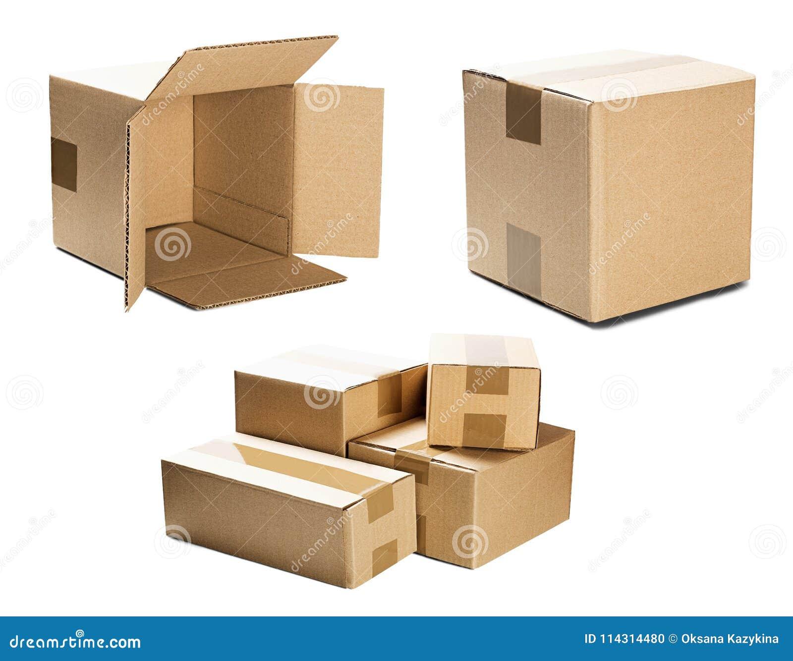 Uppsättninghögar av kartonger på isolerad vit bakgrund Jordlott med tomt utrymme för din text Modell för leverans- eller stolpese