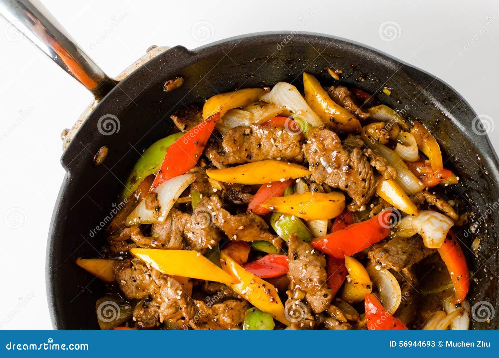Uppståndelse Fried Beef Steak med peppar på isolerad bakgrund
