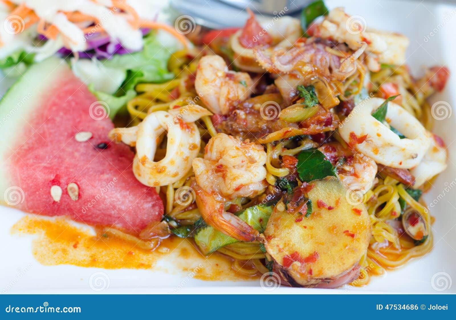 Uppståndelse Fried Spaghetti med Tom Yum Sauce