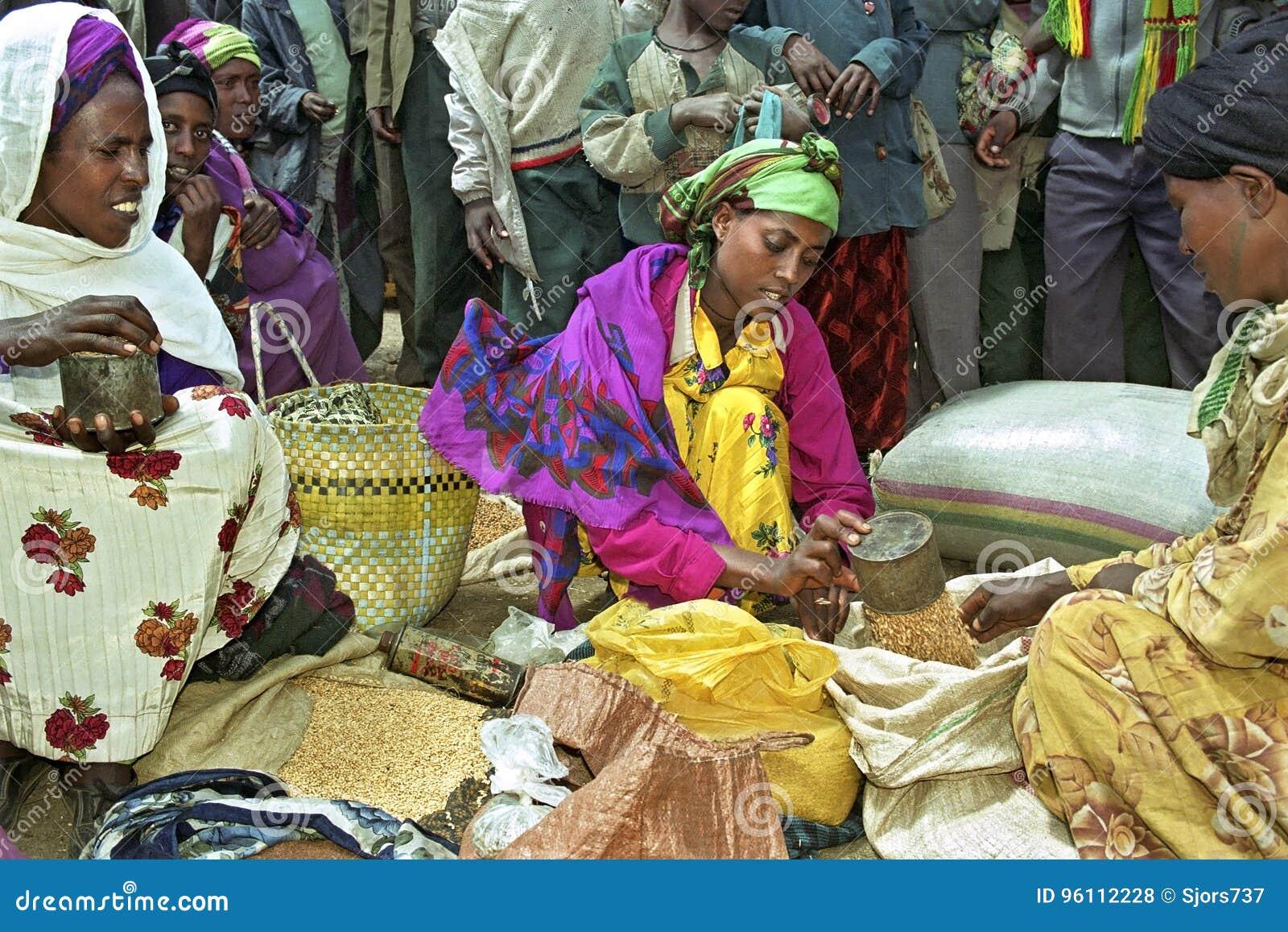 Upptagen etiopisk marknad med marknadskvinnor