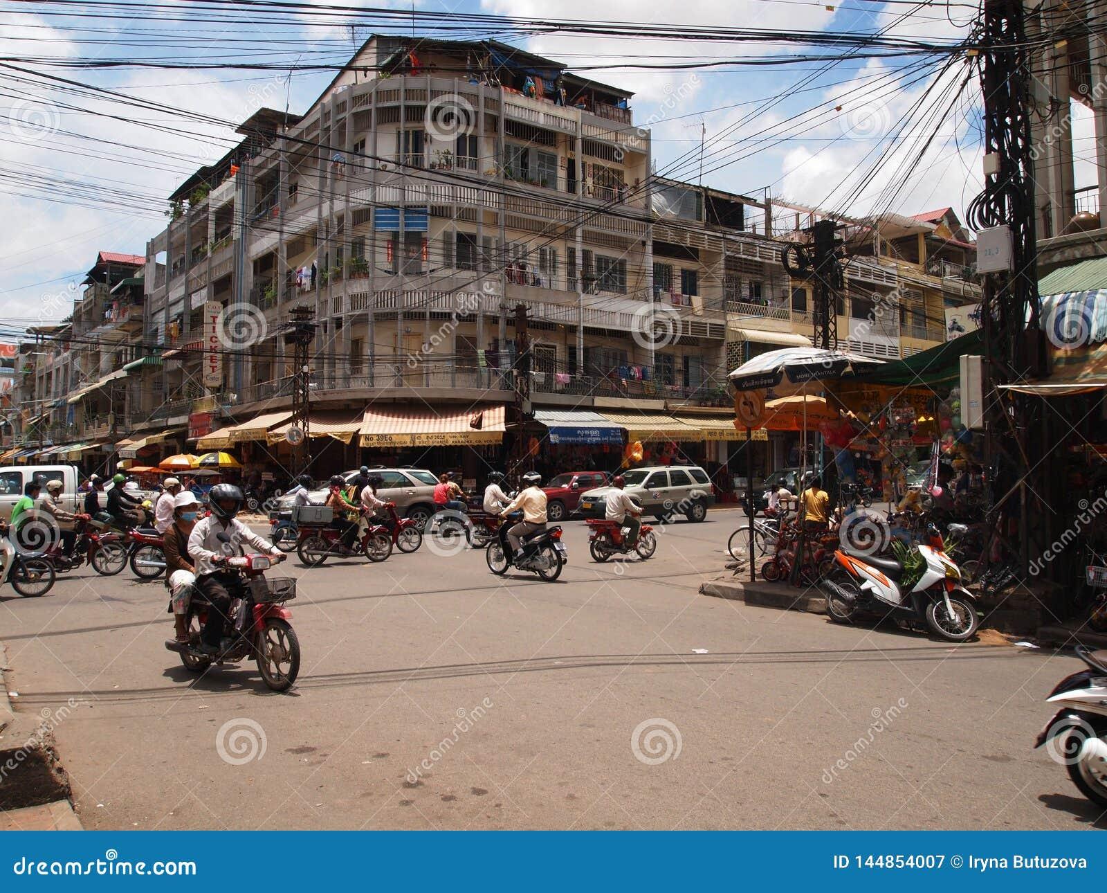 Upptagen trafik på en föreningspunkt i Phnom Penh
