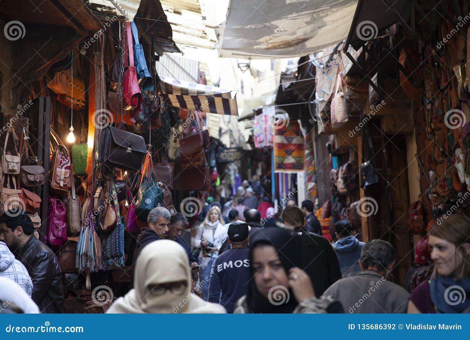 Upptagna gator av medina, Fez, Marocko, 2017