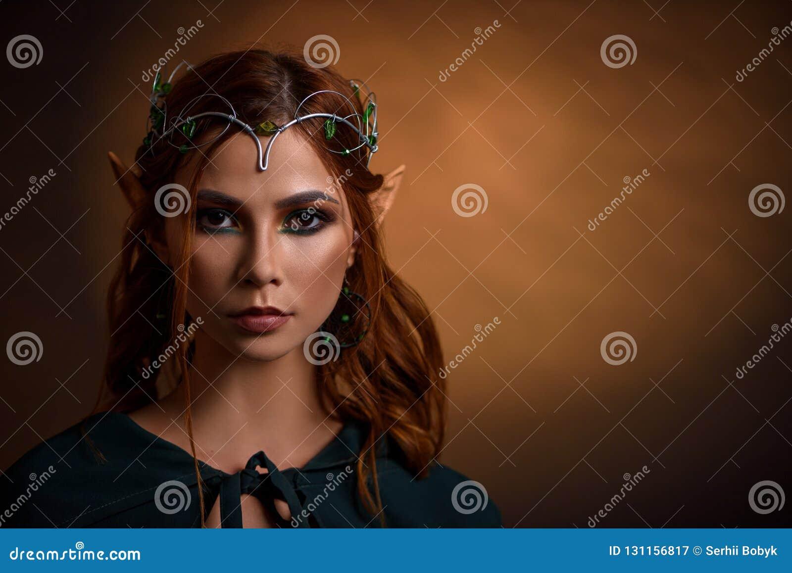 Uprawa piękny princess w srebnej tiarze z szmaragdami