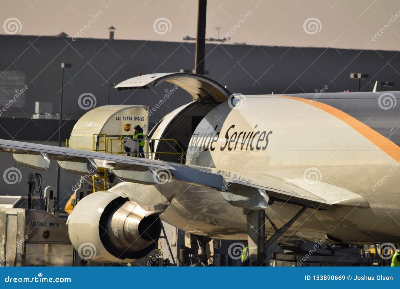 UPS A300 déchargeant la cargaison sur le terminal