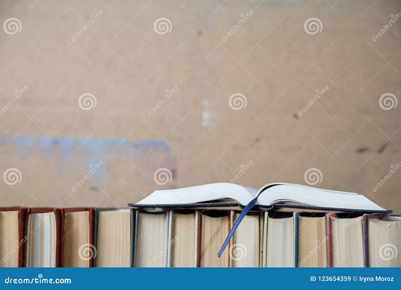Upsite De Livre De Poche De Livre A Couverture Dure De Plan