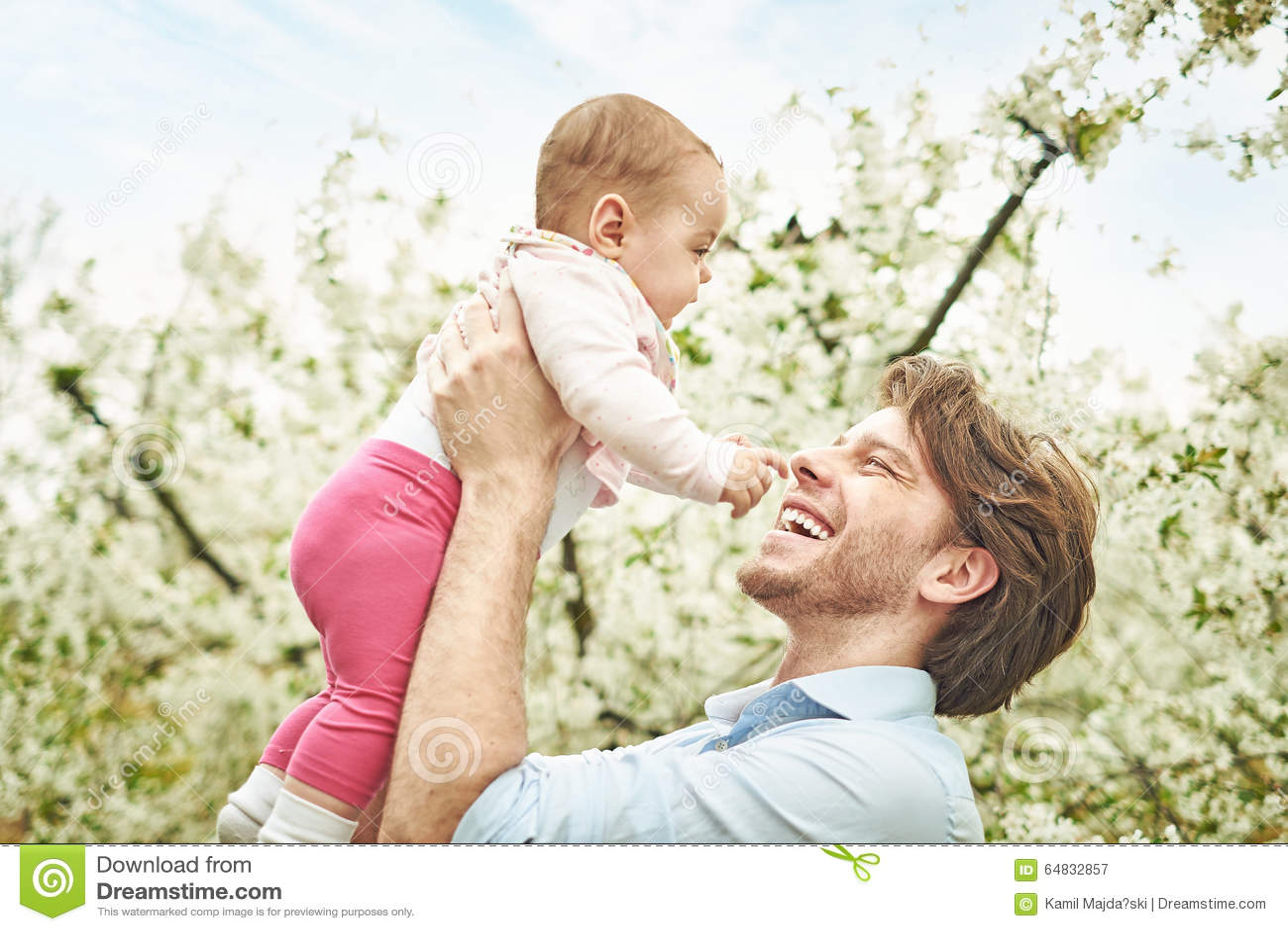 Uradowany ojciec trzyma jego niesie jego ukochanego dziecka