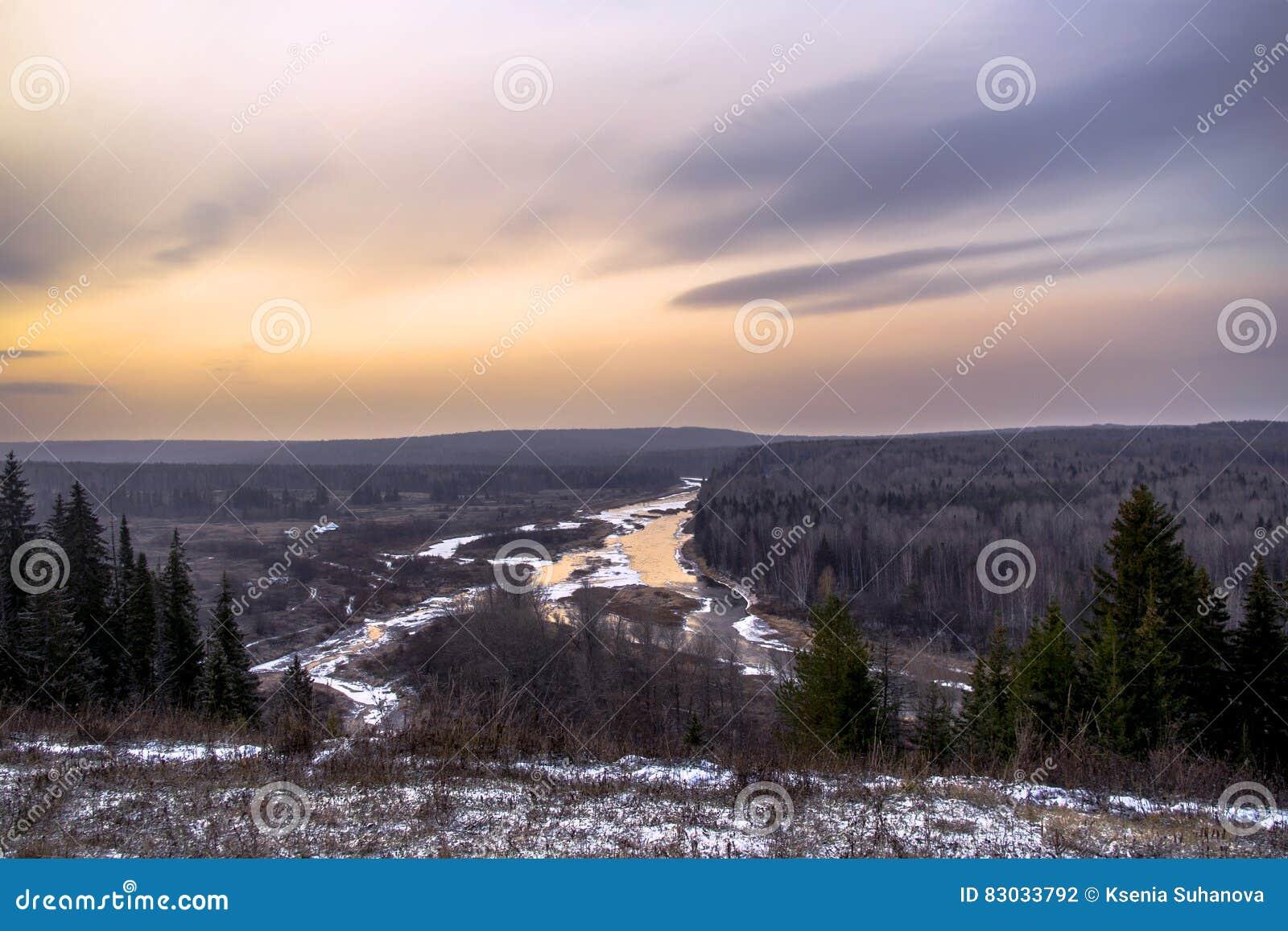 Ural rzeka przy zmierzchem