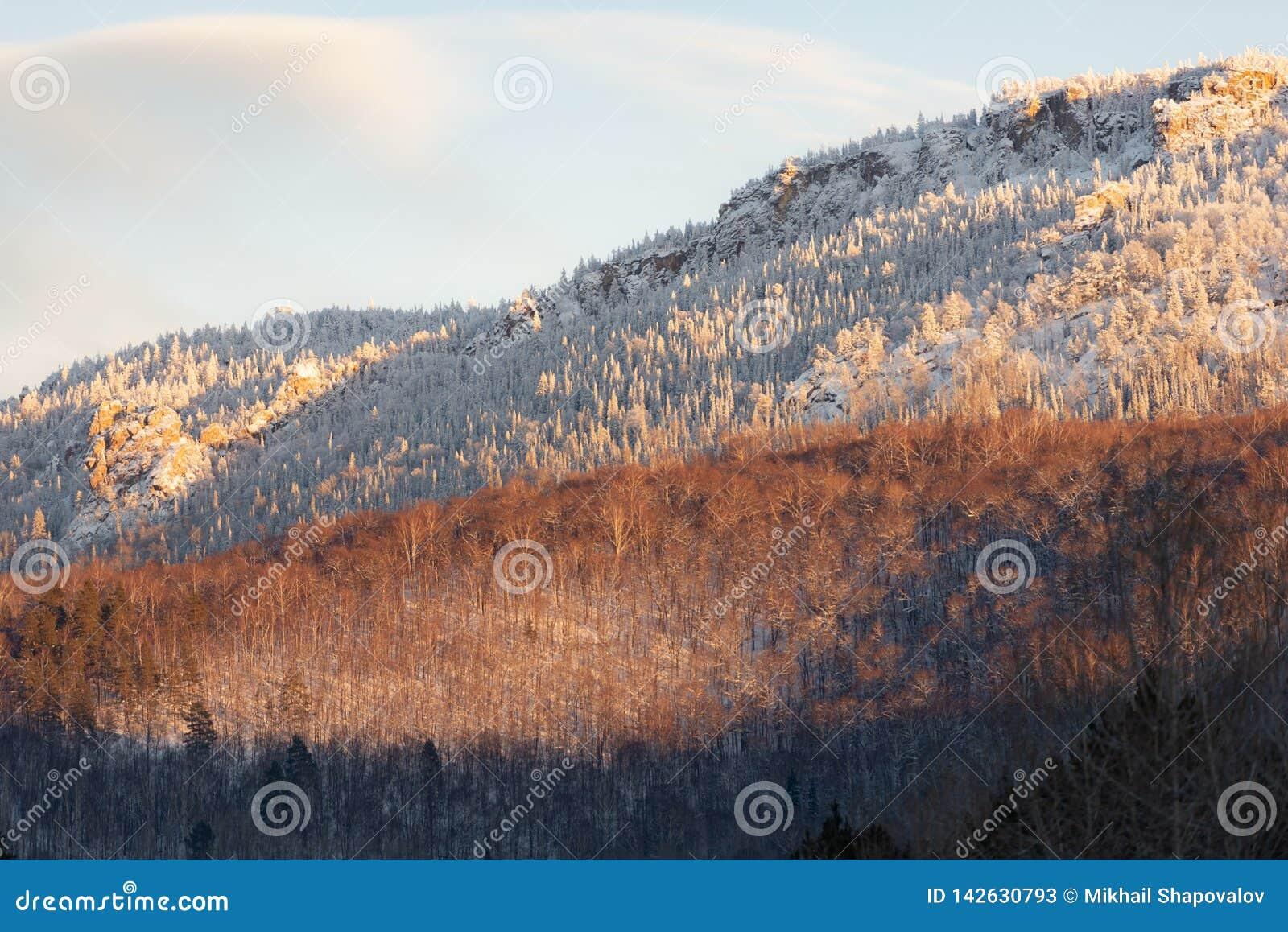 Uralbergen in het avond licht