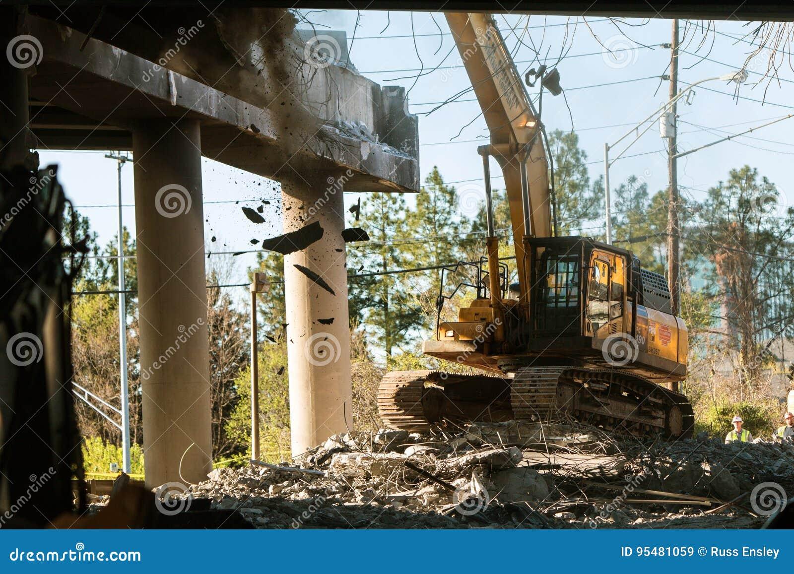 Żuraw Puka gruzy Z Imploded Atlanta Międzystanowego mosta