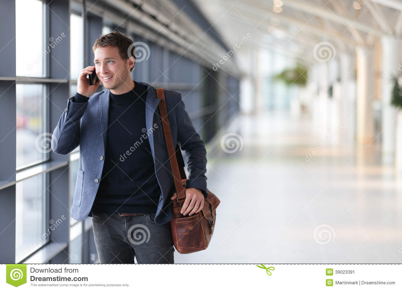 Site Tráfego Em trinta Dias Simples E Descomplicado urban-business-man-talking-smart-phone-traveling-walking-inside-airport-casual-young-businessman-wearing-suit-jacket-39023391