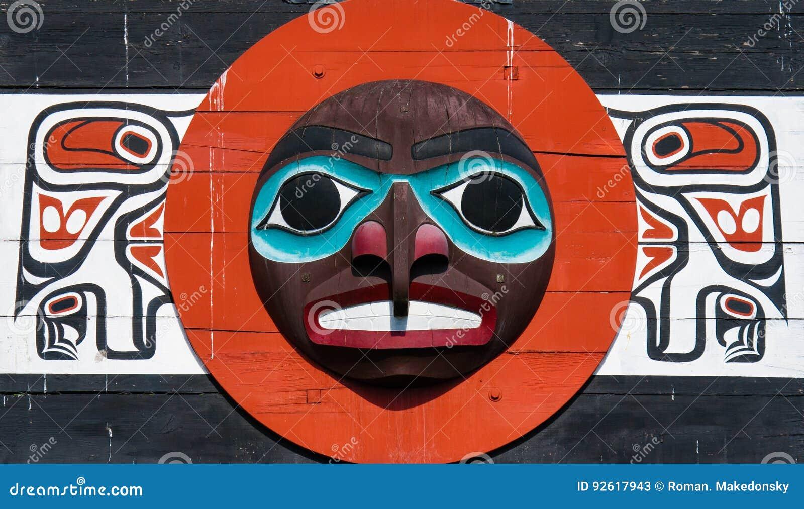 Urbefolkning totempåle som föreställer unik kultur av de första nationerna