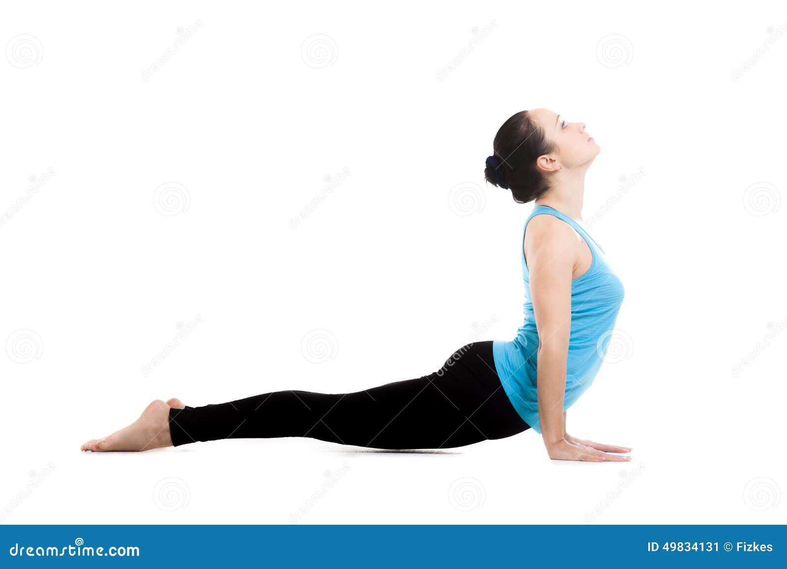 瑜伽姿势urdhva mukha shvanasana的信奉瑜伽者女性图片