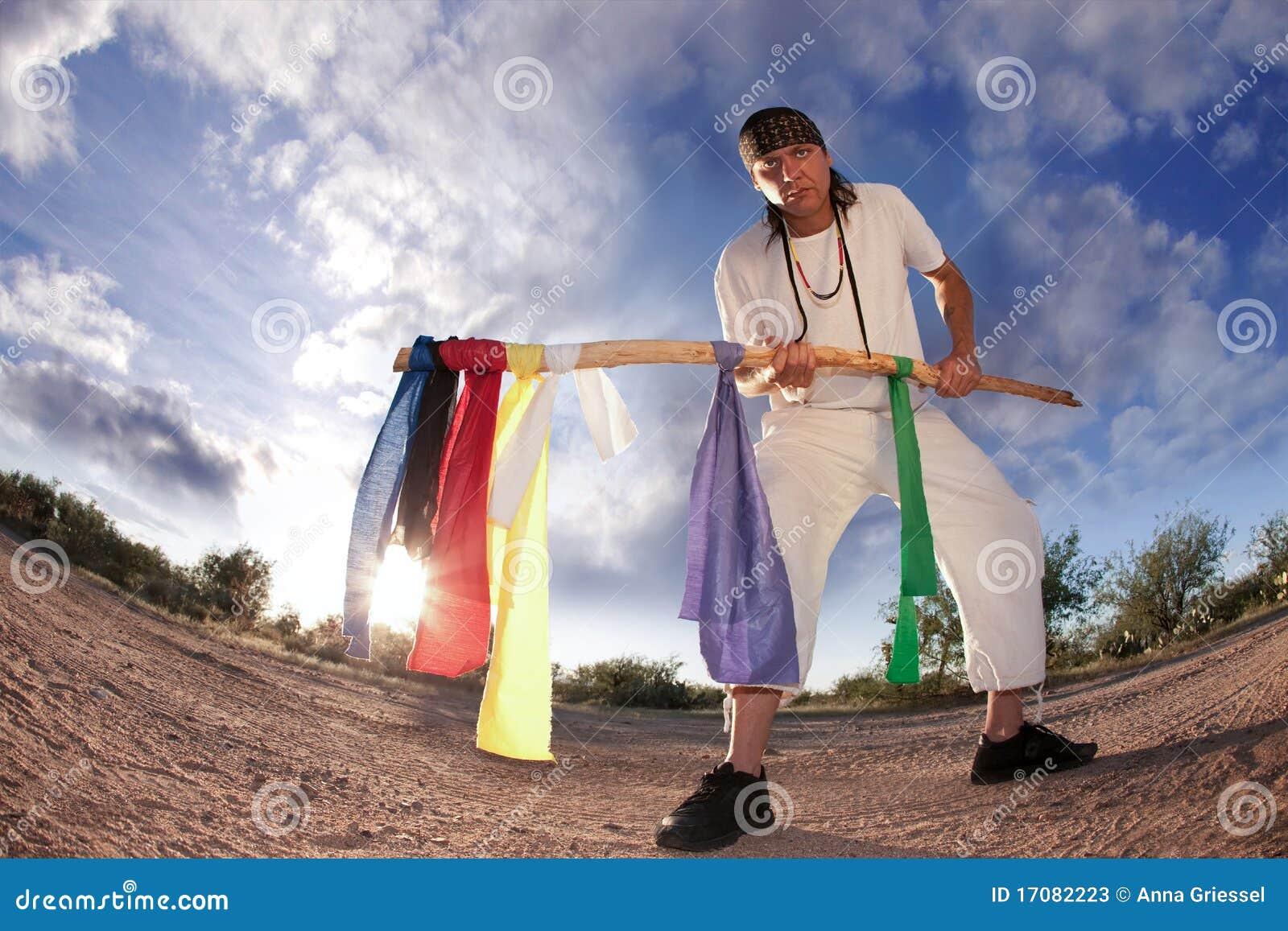Ureinwohnermann mit bunten Markierungsfahnen