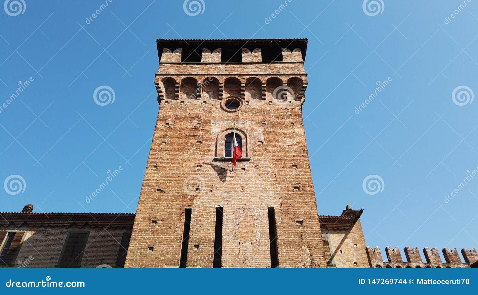 Urgnano, Bergamo, Itali? Het middeleeuwse kasteel in het centrum van het dorp