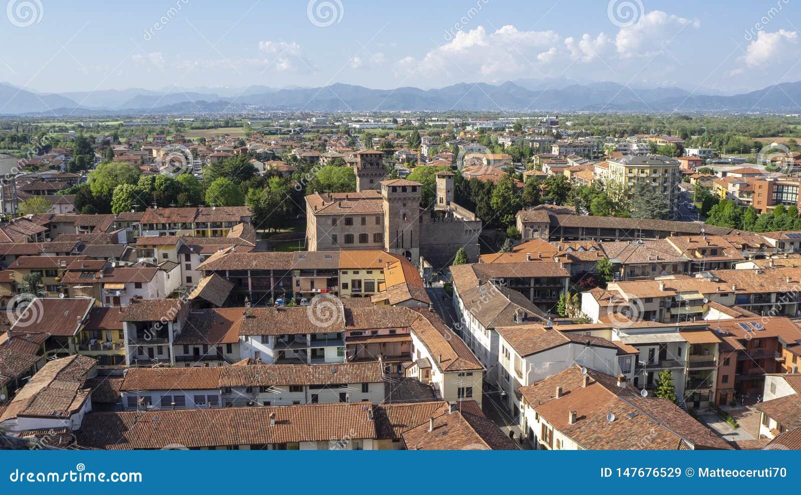 Urgnano, Bergamo, Itali? Weergeven van het dorp en het middeleeuwse kasteel vanaf de bovenkant van de klokketoren