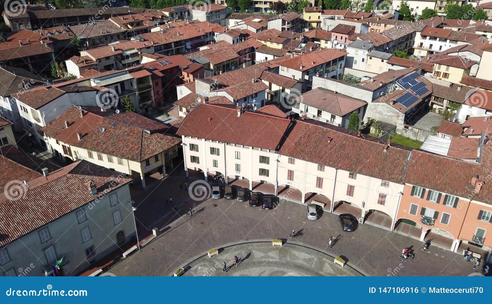 Urgnano, Bergamo, It?lia Ideia da vila e do quadrado principal da parte superior da torre de sino vídeos de arquivo