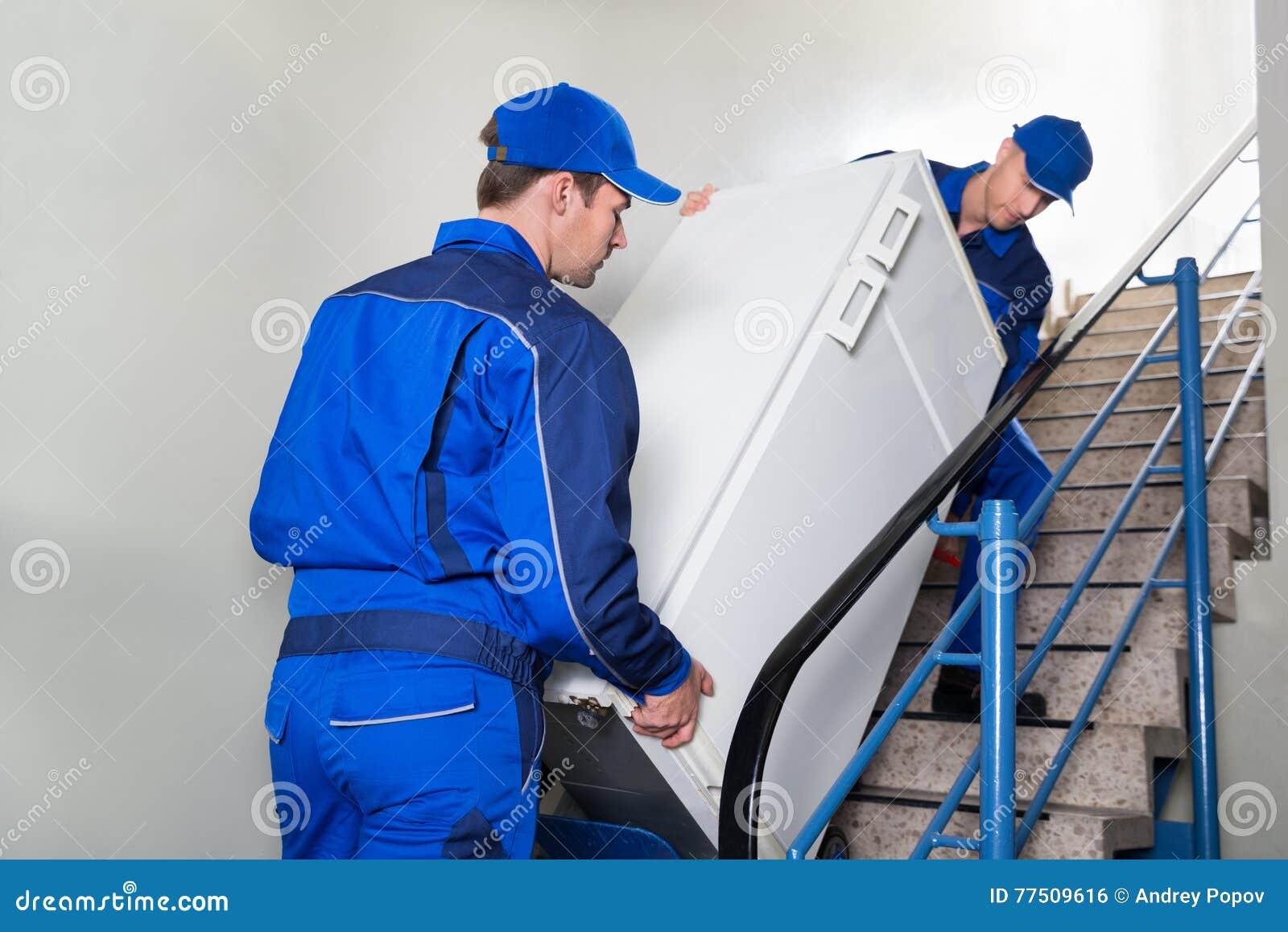 Urheber, Die Kühlschrank Auf Schritten Tragen Stockfoto - Bild ...