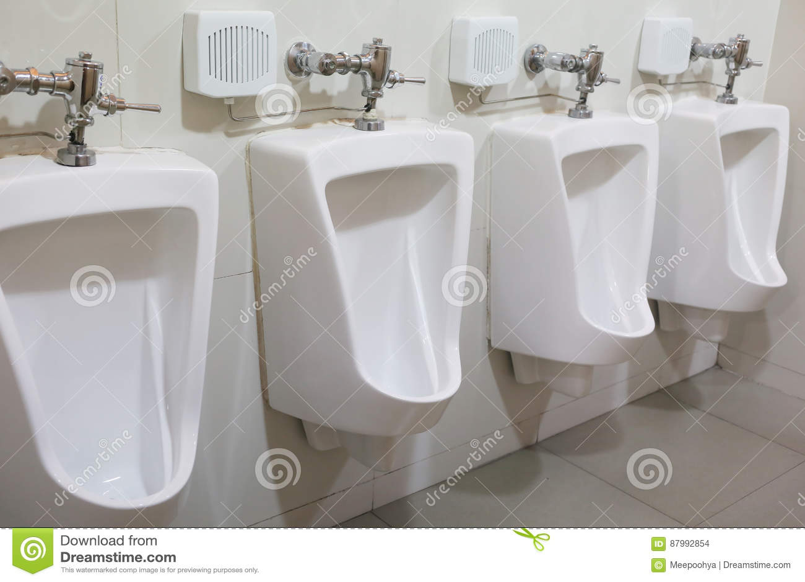 Salle De Bain Urinoir ~ urinoir moderne dans la salle de bains des hommes photo stock