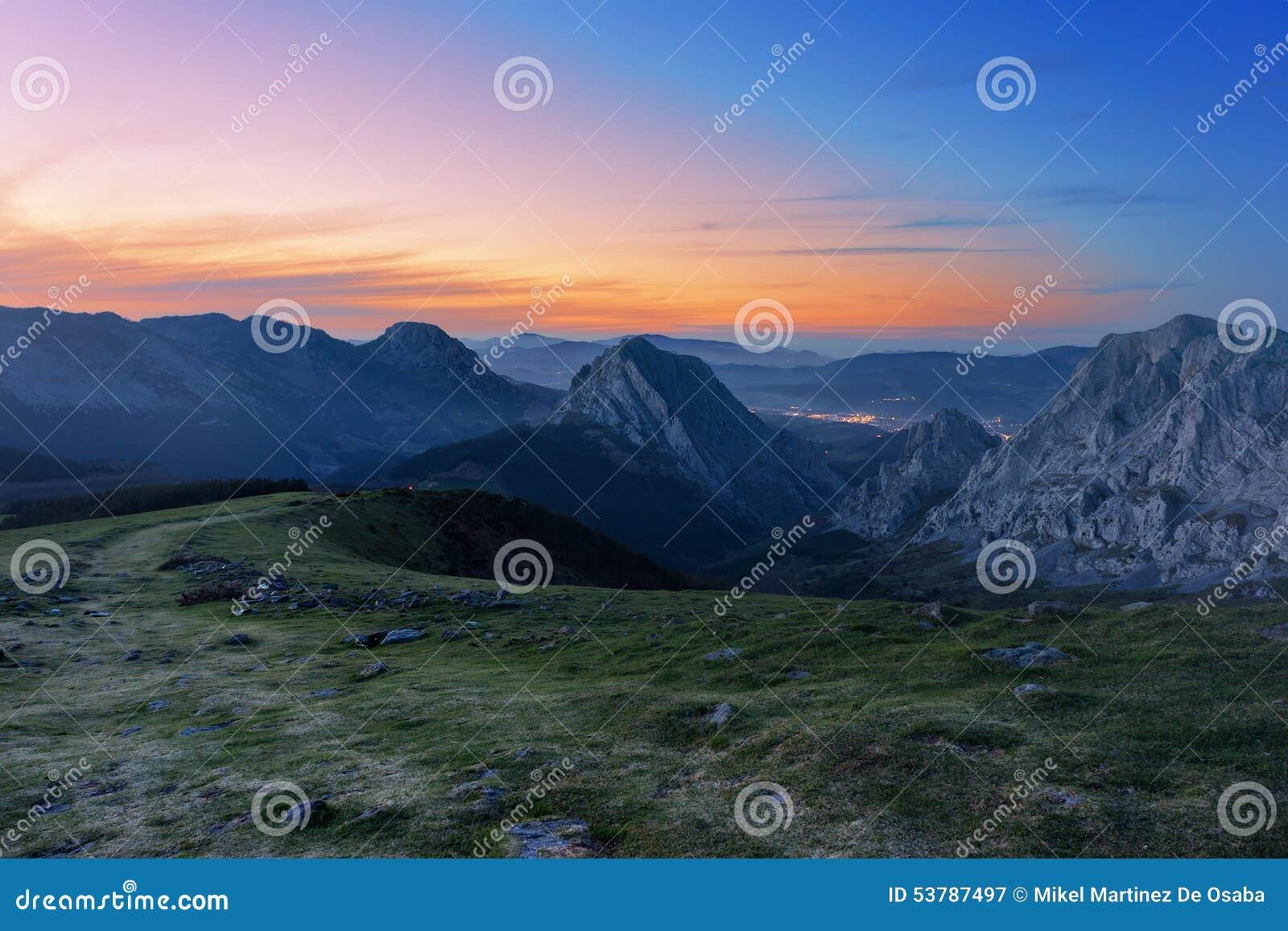 Urkiola pasmo górskie przy zmierzchem