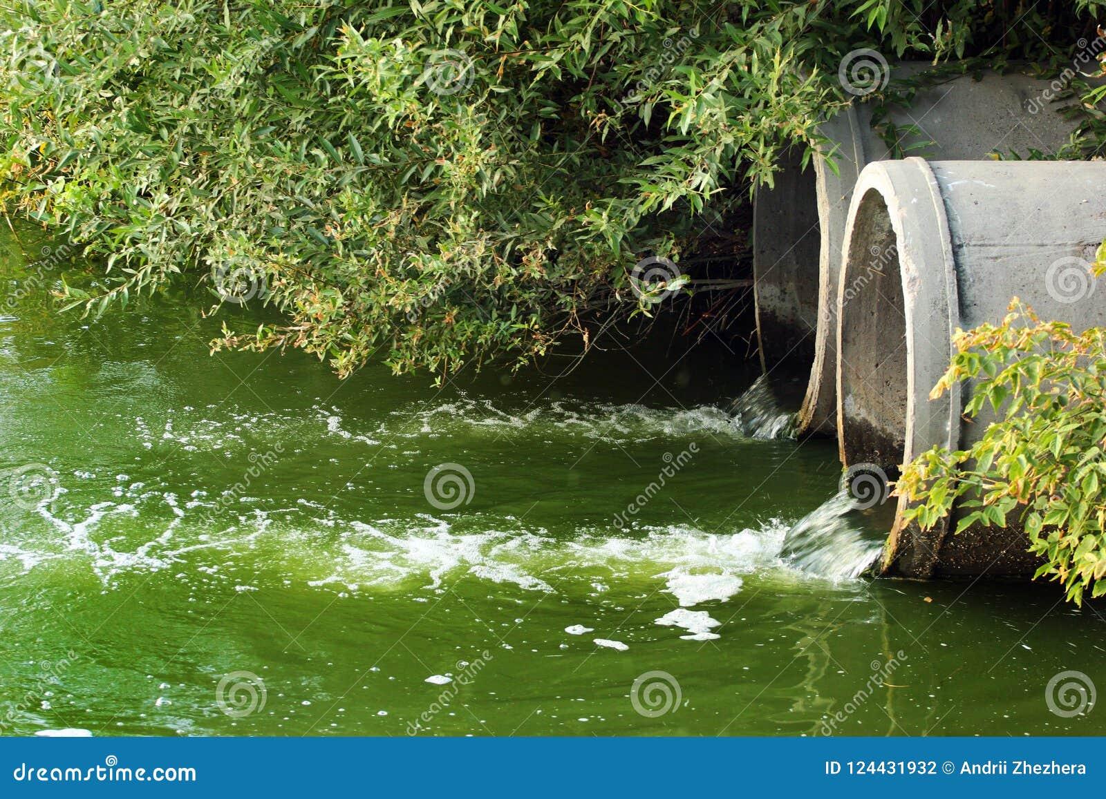Urladdning av kloak in i en flod