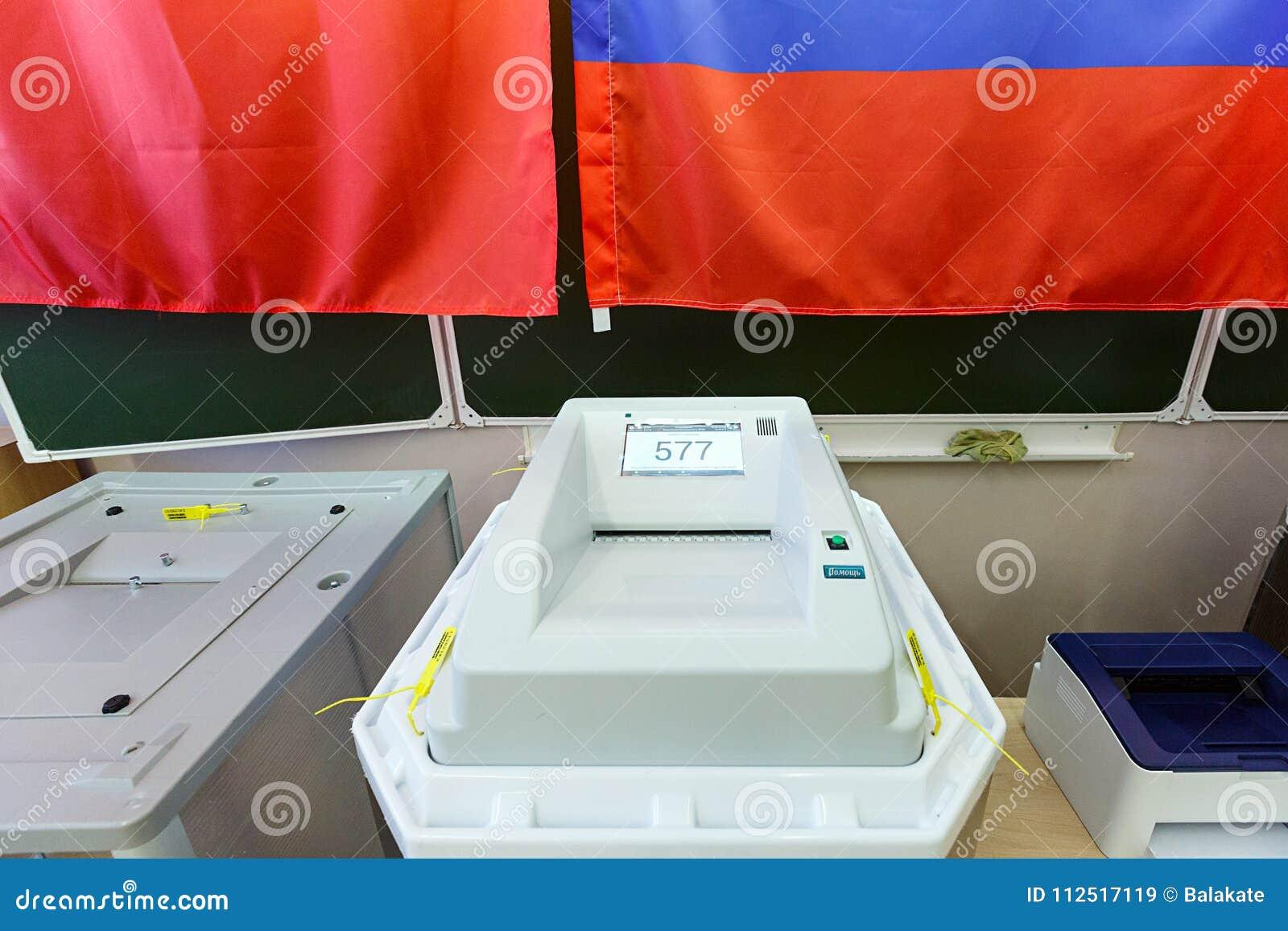 Urna de voto eletrônica com varredor em uma estação de votação usada para eleições presidenciais do russo o 18 de março de 2018 C