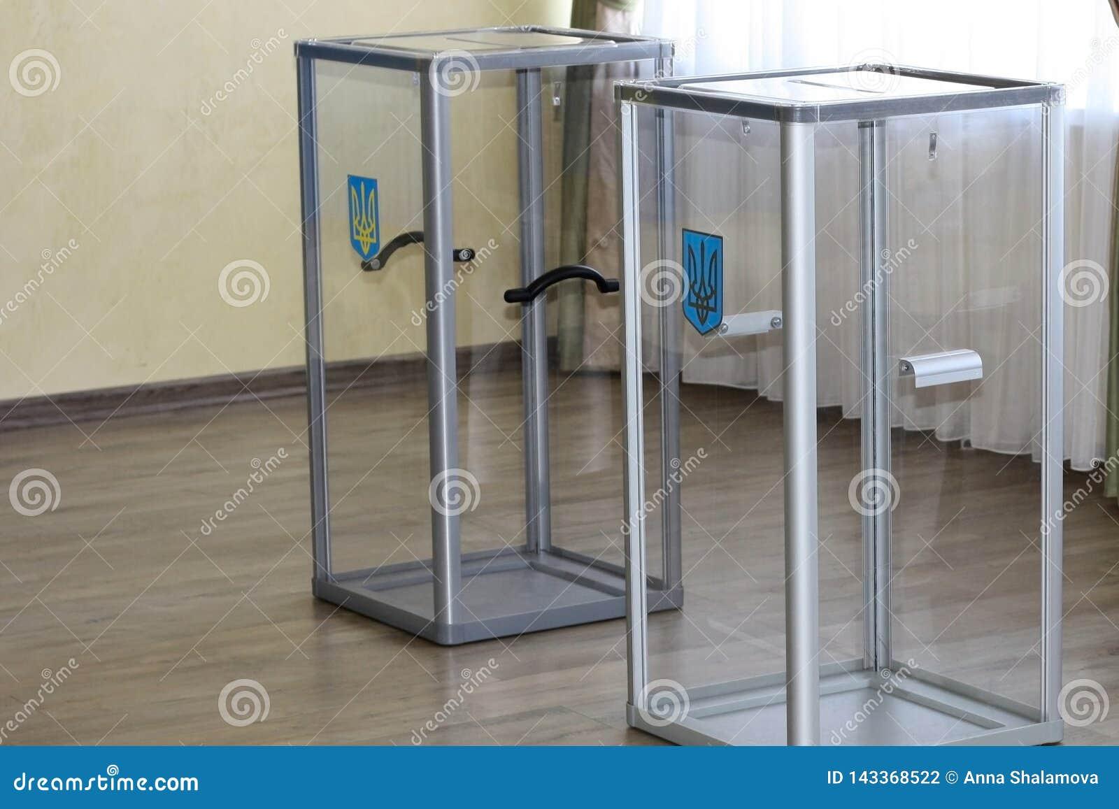 Urnes en verre transparentes avec un manteau des bras au bureau de vote pendant les élections pour la présidence de l Ukraine ded