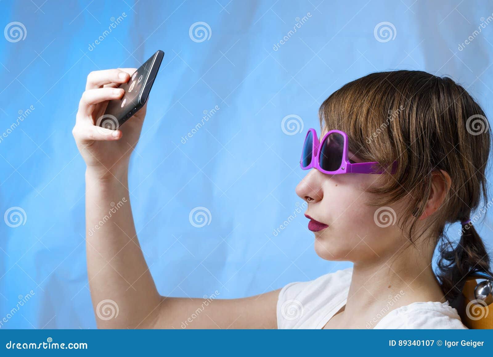 Urocza ładna robić dziewczyna z telefonem