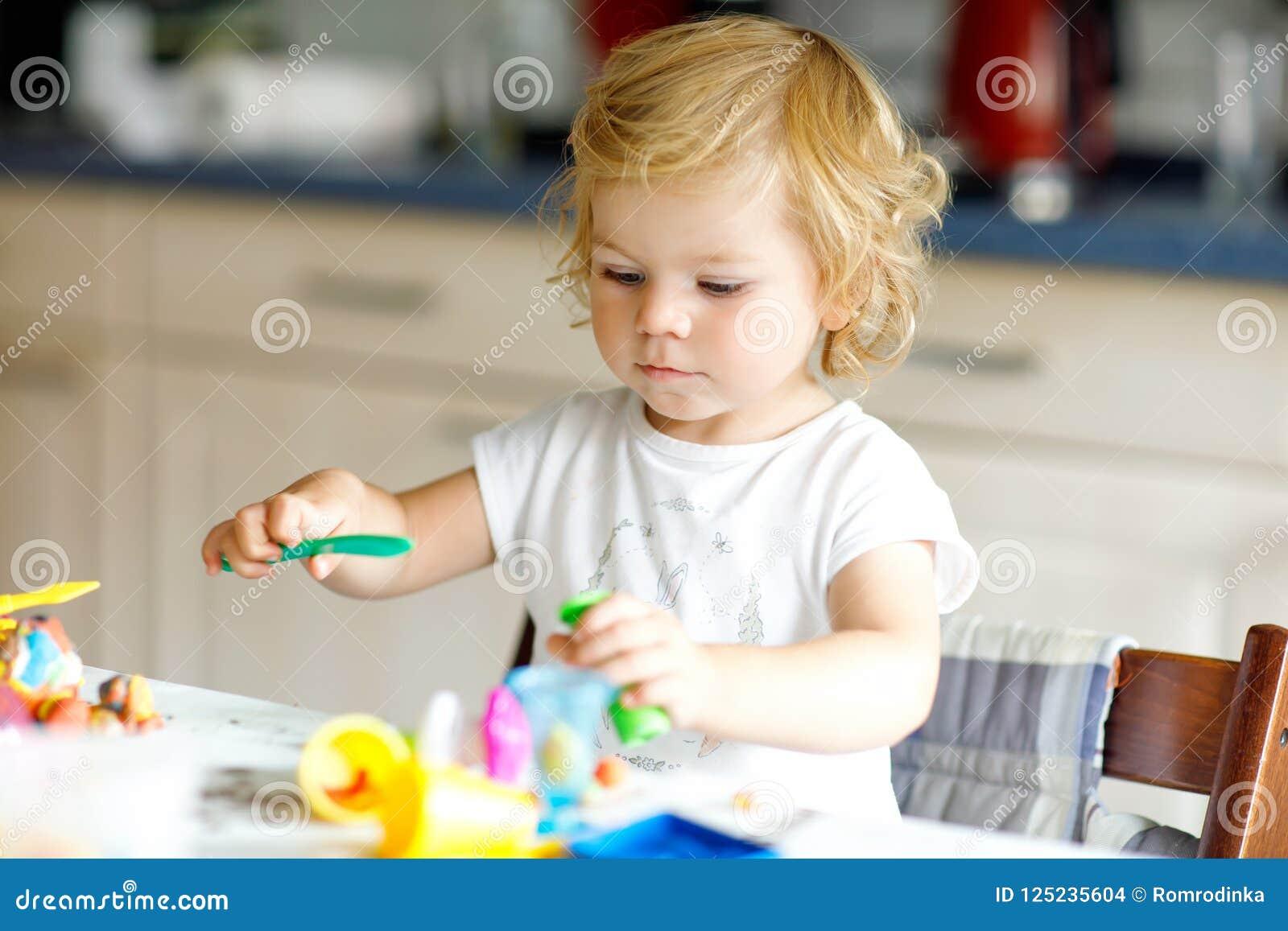 Urocza śliczna mała berbeć dziewczyna z kolorową gliną Zdrowy dziecko bawić się zabawki od sztuki ciasta i tworzy Mały dzieciak